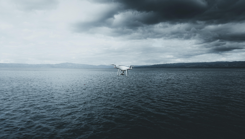 76204 Hintergrundbild herunterladen Sea, Clouds, Flugzeuge, Nebel, Flugzeug, Technologien, Technologie, Quadrocopter, Der Quadcopter, Drohne - Bildschirmschoner und Bilder kostenlos