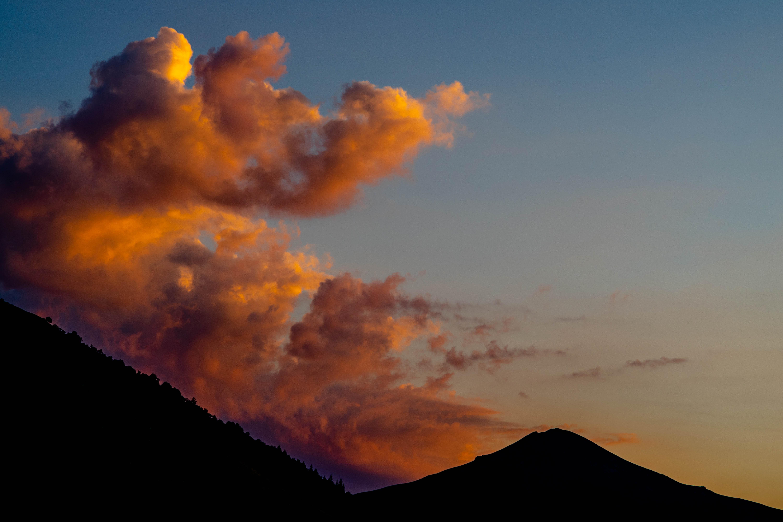 147343 скачать обои Природа, Холм, Силуэт, Закат, Небо, Облака - заставки и картинки бесплатно