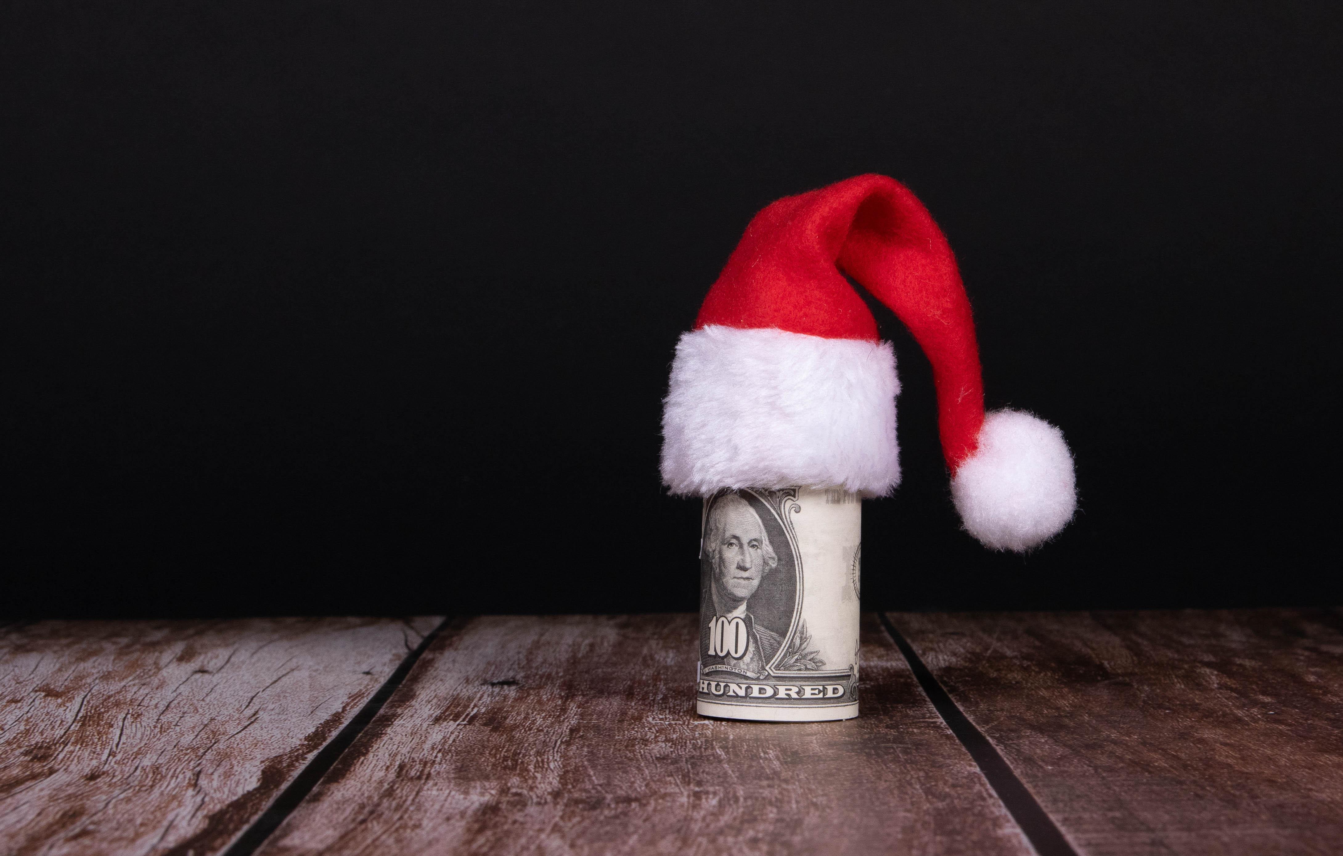 133849 скачать обои Деньги, Праздники, Рождество, Новый Год, Шапка, Доллары - заставки и картинки бесплатно