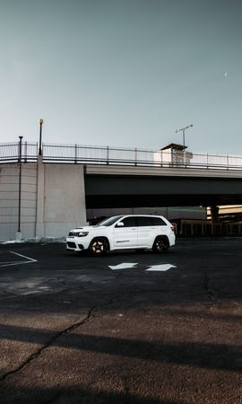 Скачать бесплатно картинку 133004: Тачки (Cars), Jeep Grand Cherokee, Jeep, Автомобиль, Внедорожник, Белый, Стоянка обои на телефон
