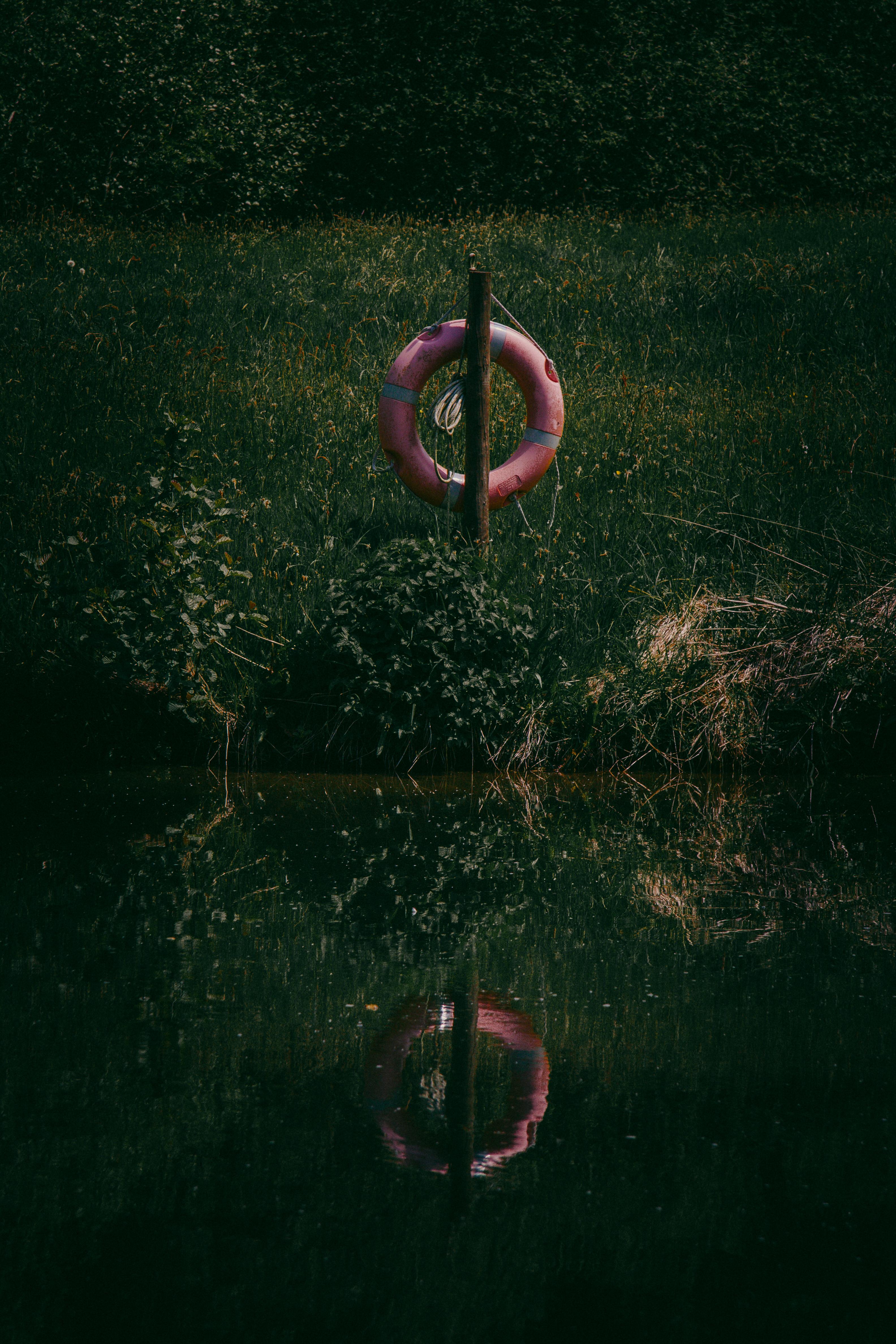 78473 скачать обои Природа, Спасательный Круг, Трава, Река, Отражение, Вода, Озеро - заставки и картинки бесплатно