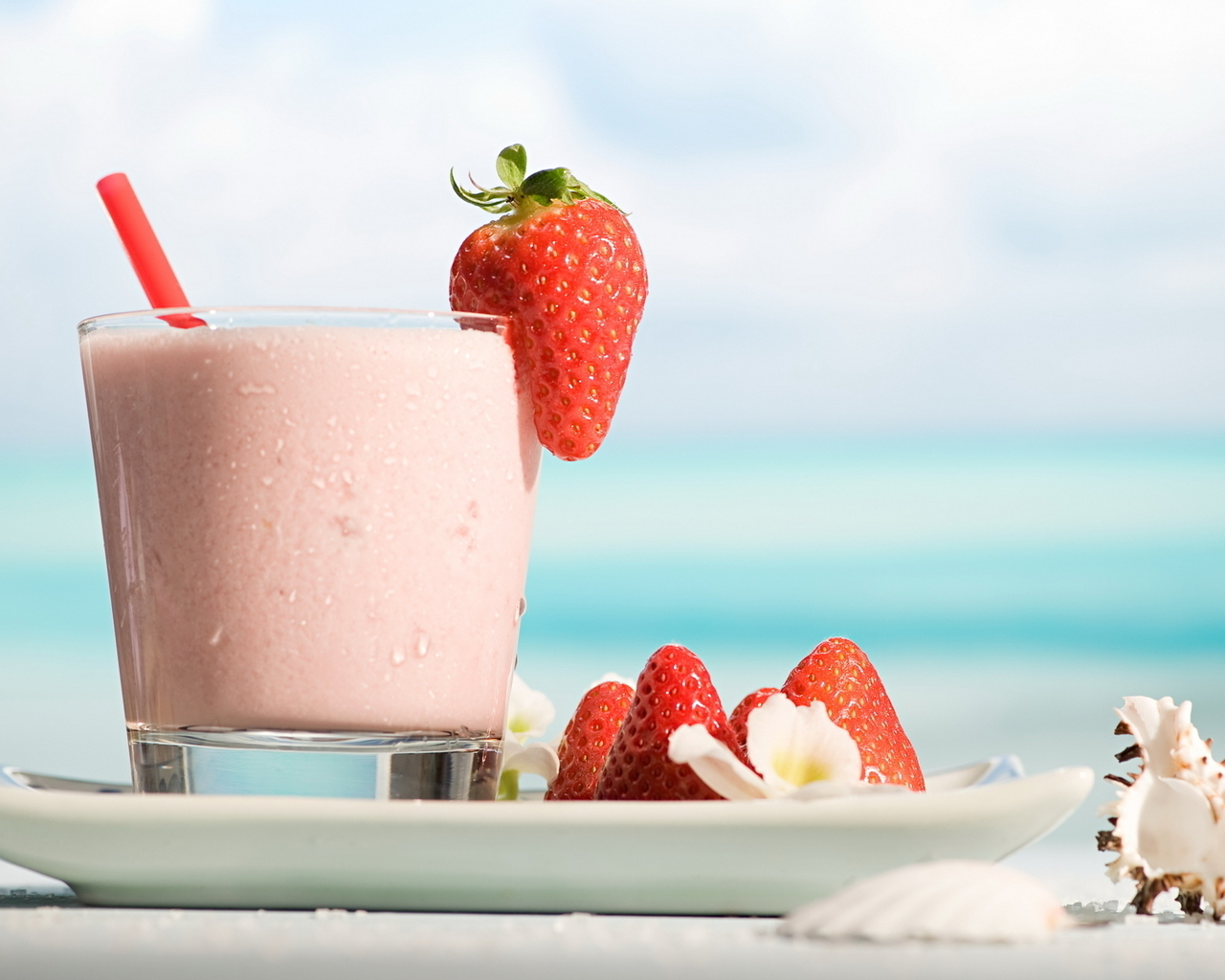 15042 download wallpaper Fruits, Food, Strawberry, Drinks, Berries screensavers and pictures for free