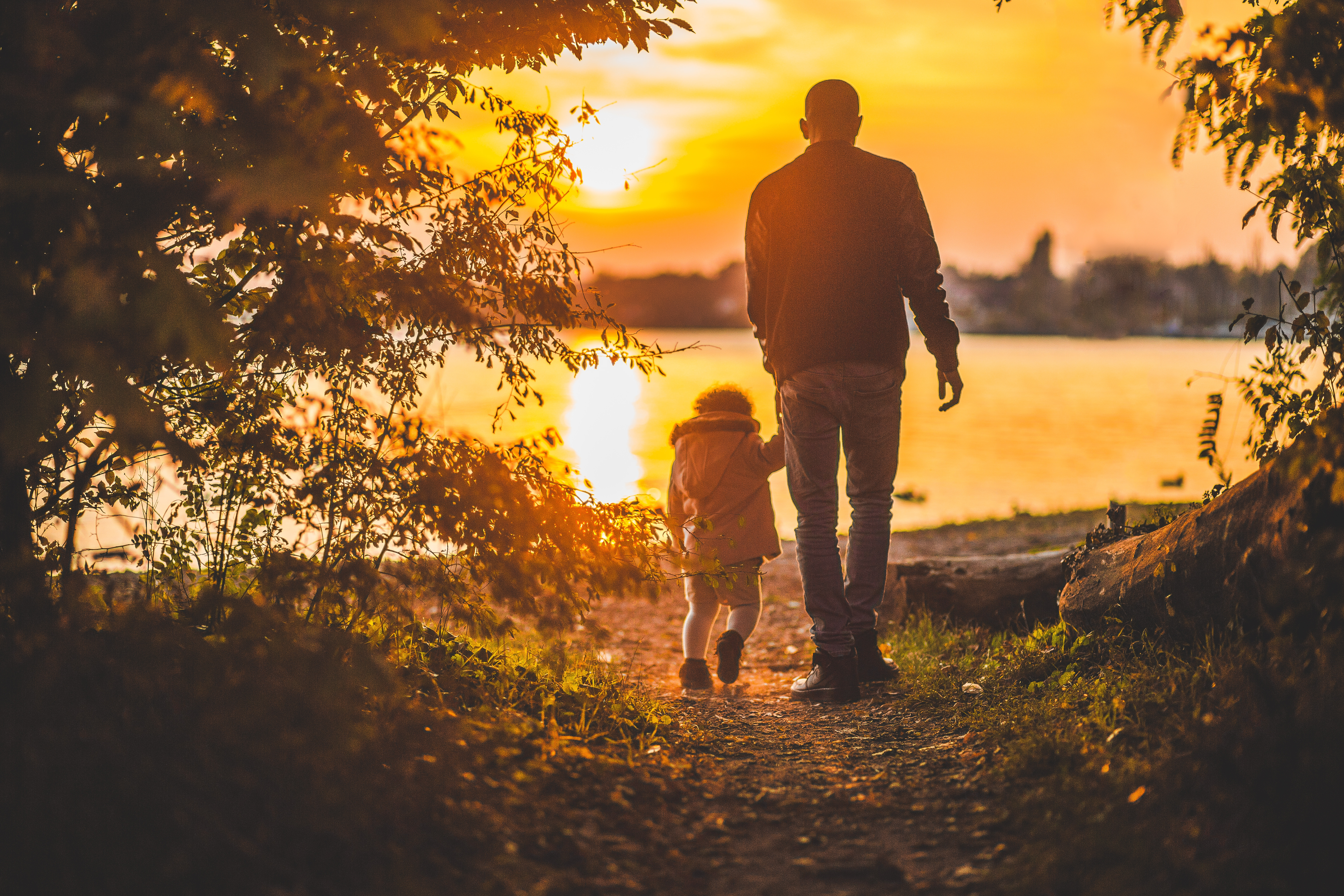 154046 download wallpaper Miscellanea, Miscellaneous, Father, Daughter, Family, Sunset, Stroll screensavers and pictures for free