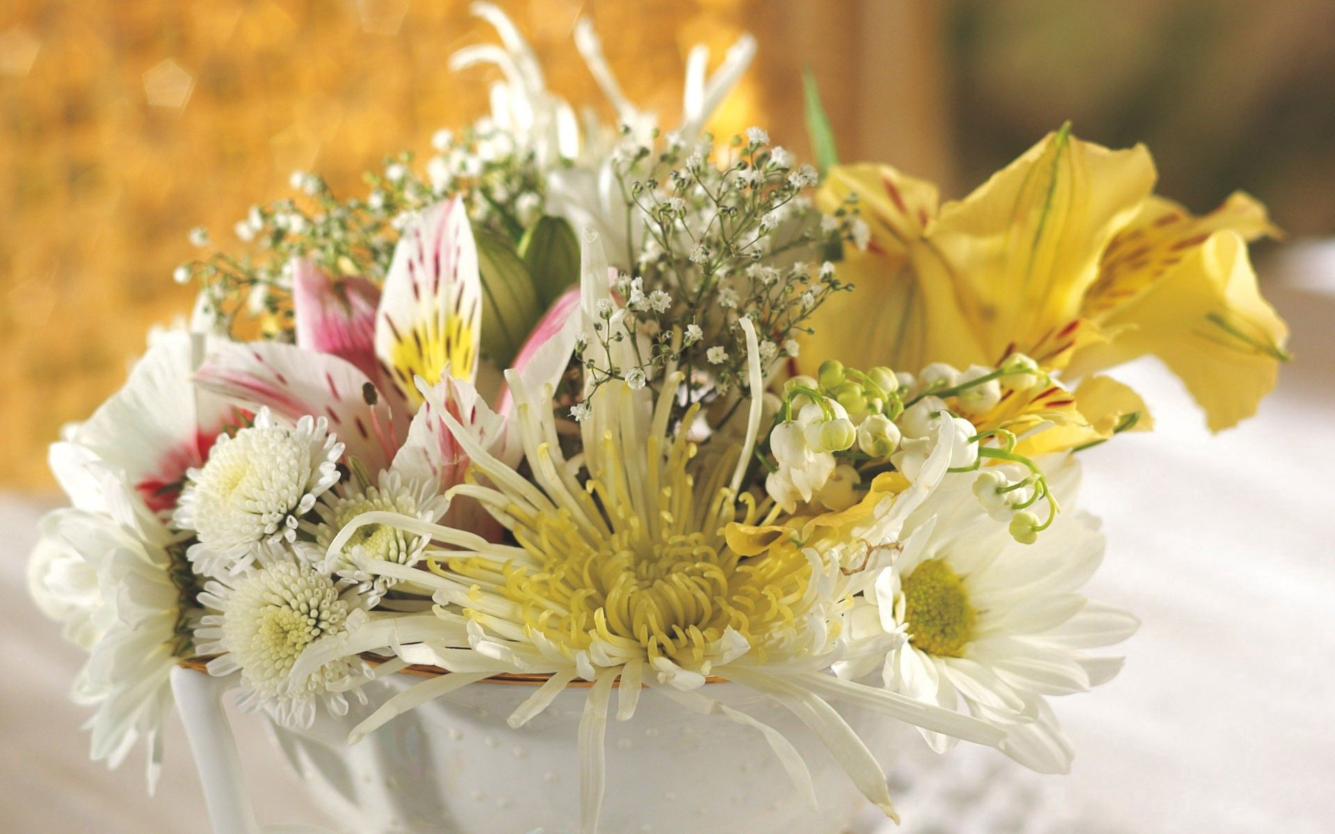 113162 скачать обои Хризантемы, Цветы, Лилии, Ландыш, Букет, Крупный План, Гипсофил, Нежность, Пиала - заставки и картинки бесплатно