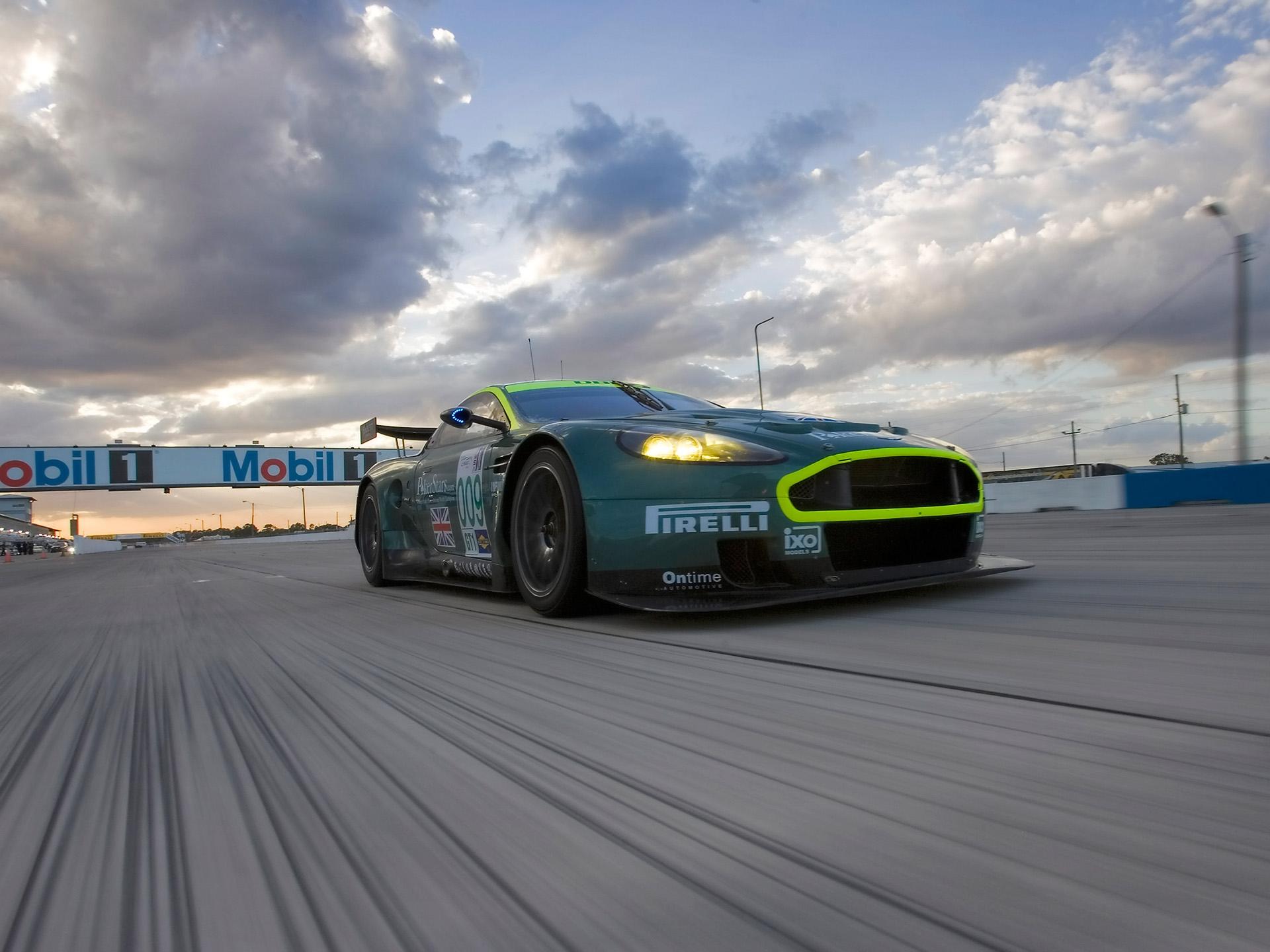 148690 скачать обои Спорт, Машины, Облака, Астон Мартин (Aston Martin), Тачки (Cars), Асфальт, Вид Спереди, Зеленый, Скорость, Стиль, 2005, Dbr9, Гоночный Болид - заставки и картинки бесплатно
