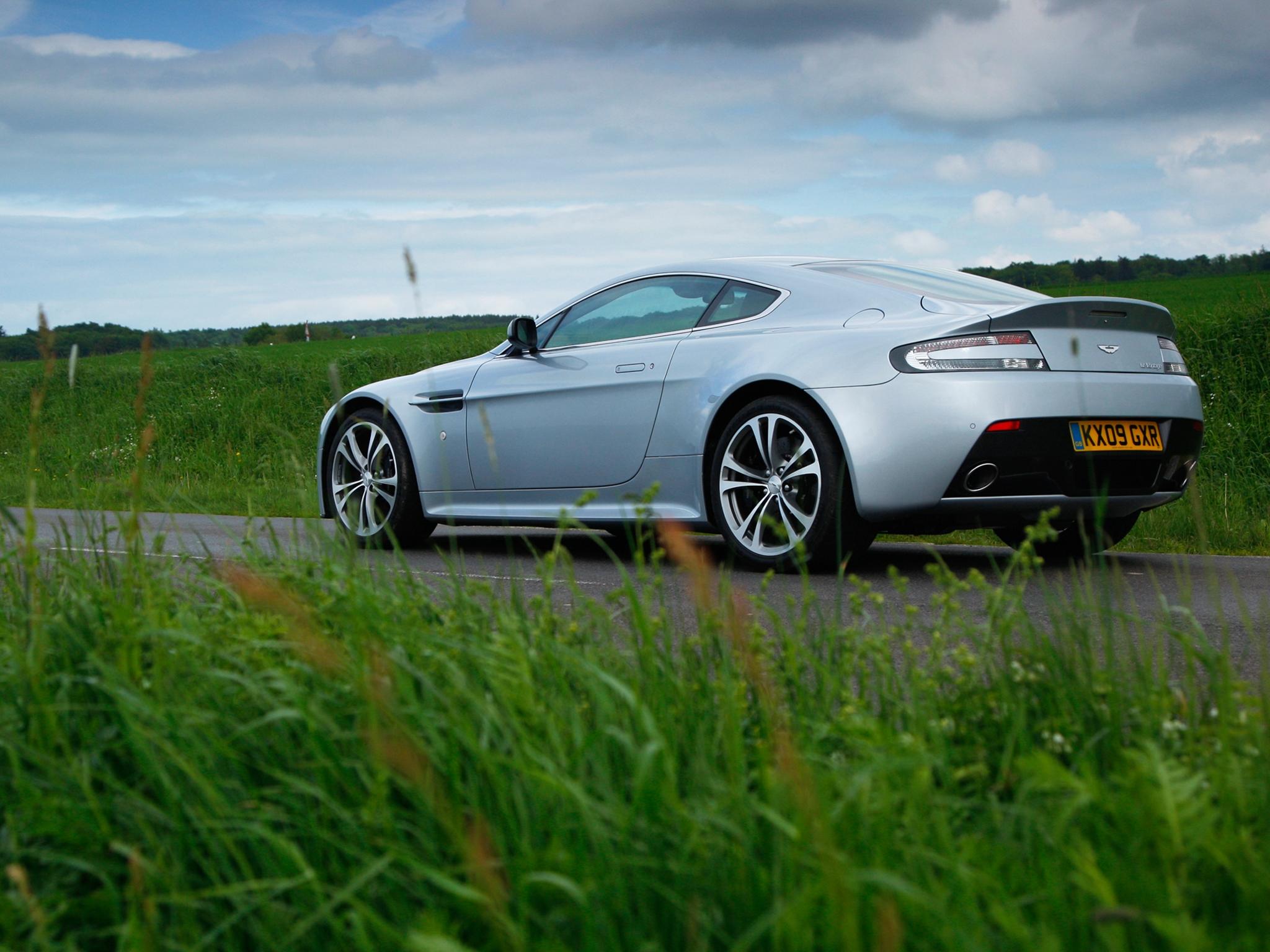 62348 скачать обои Спорт, Машины, Трава, Астон Мартин (Aston Martin), Тачки (Cars), Вид Сбоку, 2009, V12, Zagato, Серебрянный Металлик - заставки и картинки бесплатно