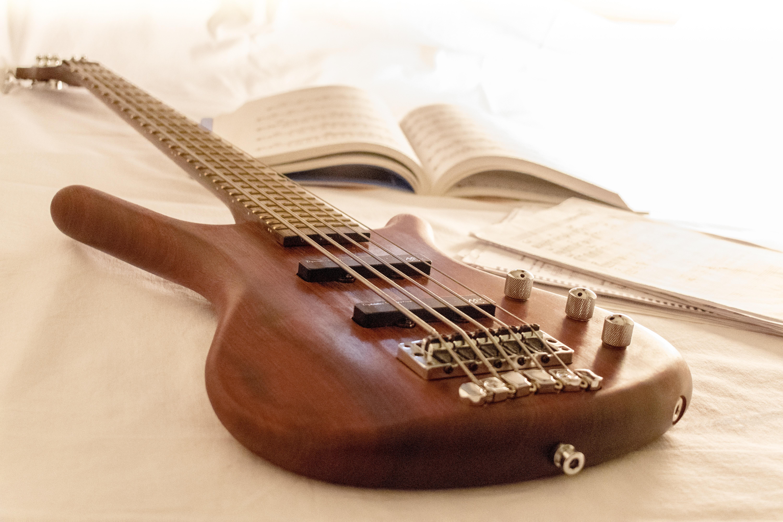 137944 Hintergrundbild herunterladen Musik, Gitarre, Musikinstrument, Anmerkungen, Saiten, Zeichenfolgen - Bildschirmschoner und Bilder kostenlos