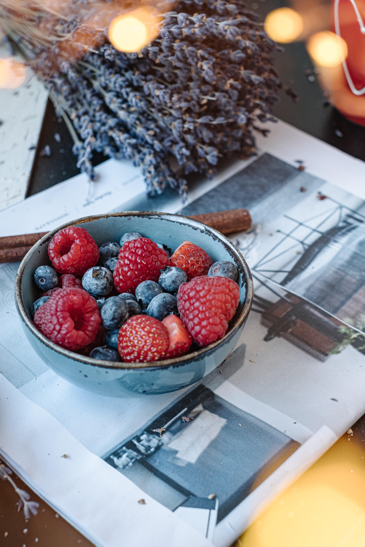 66248 Hintergrundbild herunterladen Lebensmittel, Erdbeere, Himbeere, Blaubeeren, Berries, Schüssel - Bildschirmschoner und Bilder kostenlos