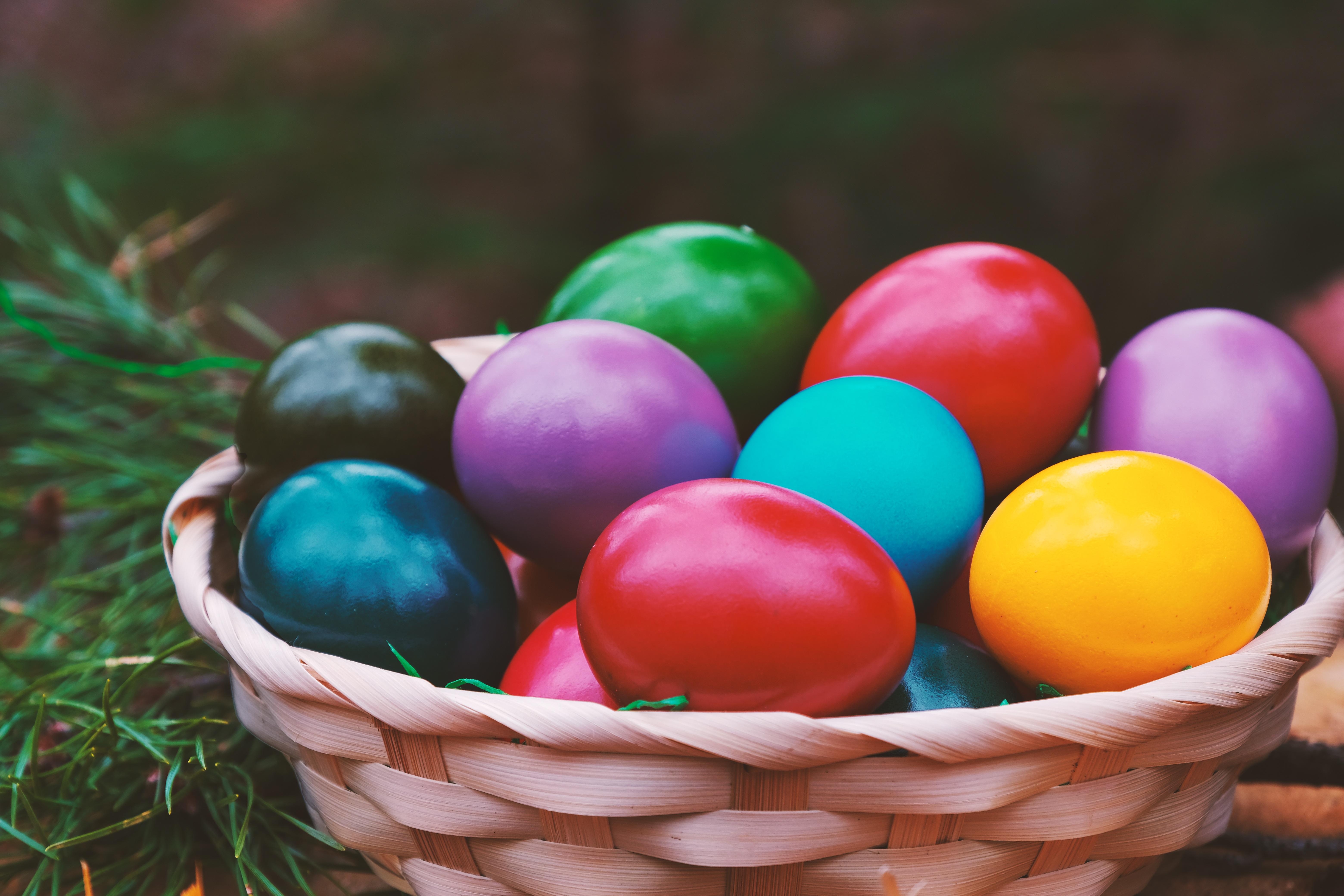 50768 скачать обои Пасха, Праздники, Яйца, Разноцветный, Корзинка - заставки и картинки бесплатно