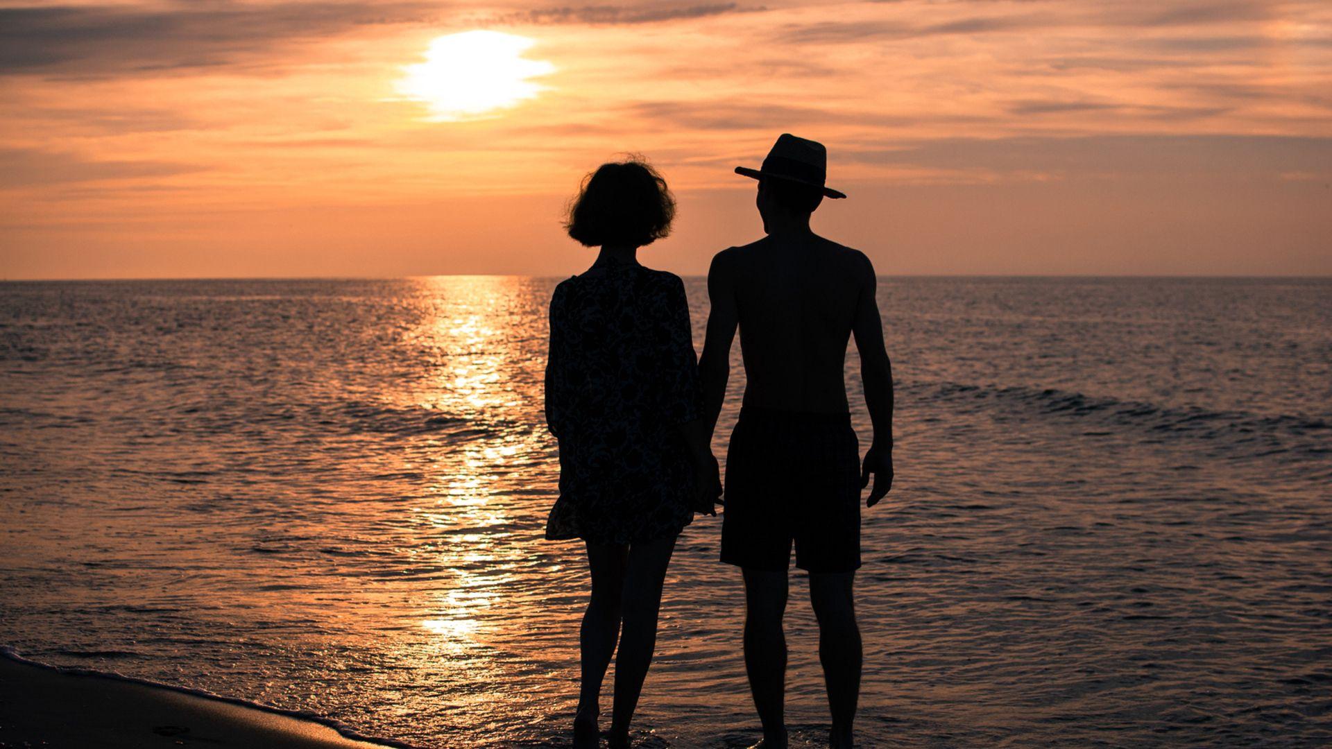 81282 скачать обои Любовь, Романтика, Отношения, Море, Лето, Пара, Девушка, Мужчина, Руки, Закат, Небо, Сумерки, Солнце - заставки и картинки бесплатно