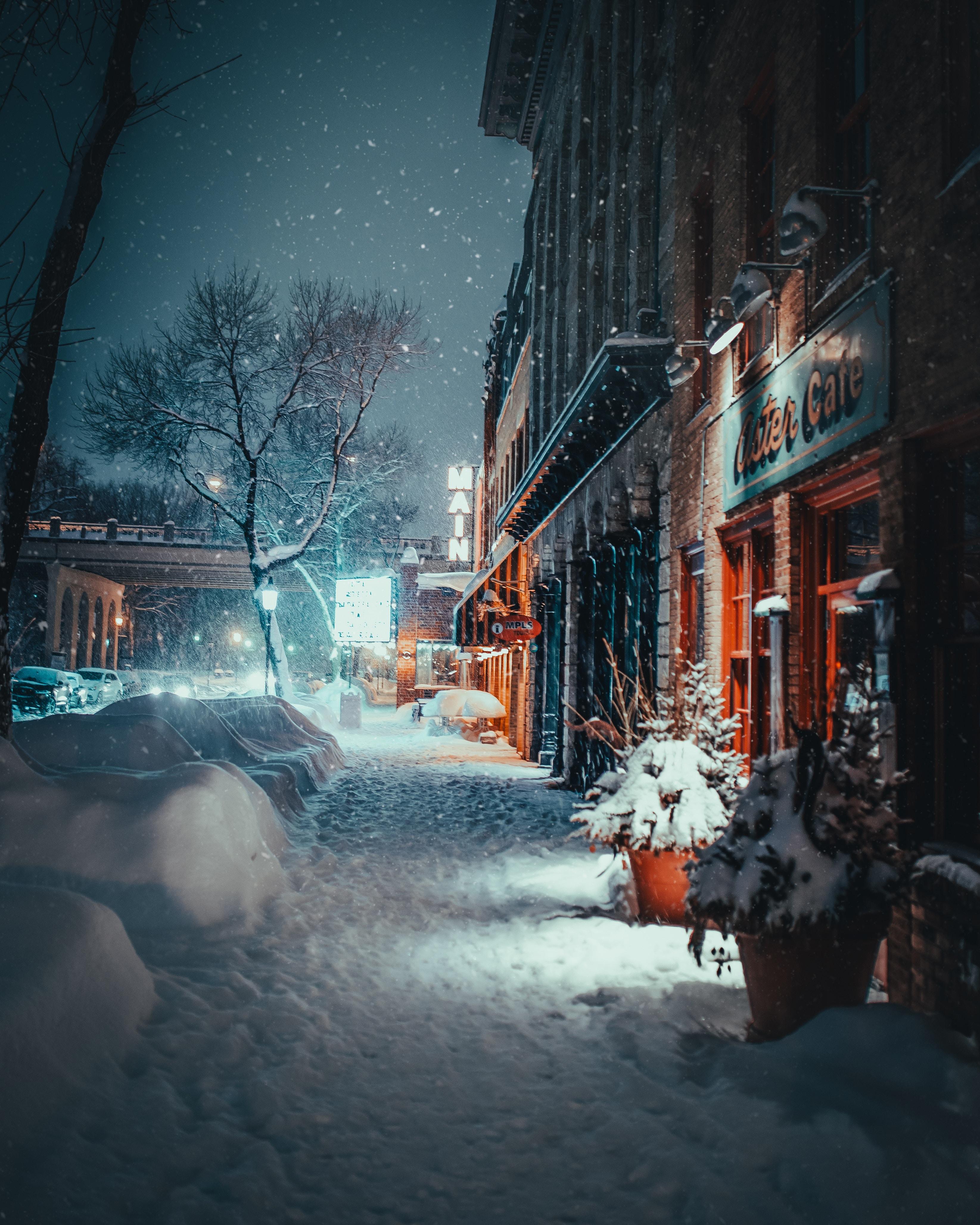 128617 скачать обои Зима, Города, Город, Здания, Вечер, Улица, Снегопад - заставки и картинки бесплатно