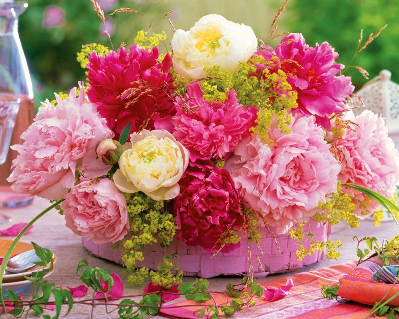 112114 скачать обои Пионы, Цветы, Стол, Корзинка, Сервировка - заставки и картинки бесплатно