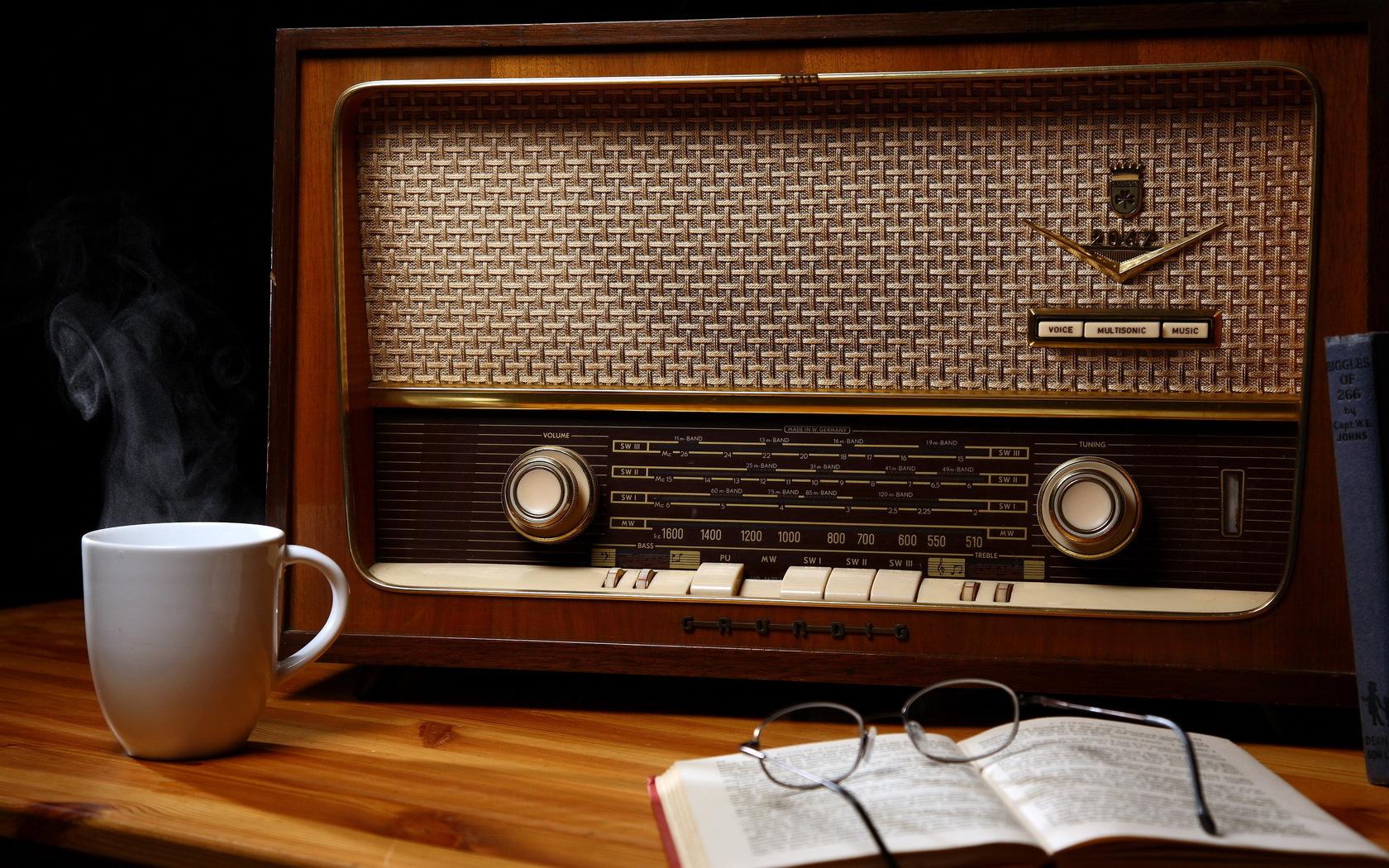 27009 скачать обои Фон, Радио, Чашки, Натюрморт - заставки и картинки бесплатно