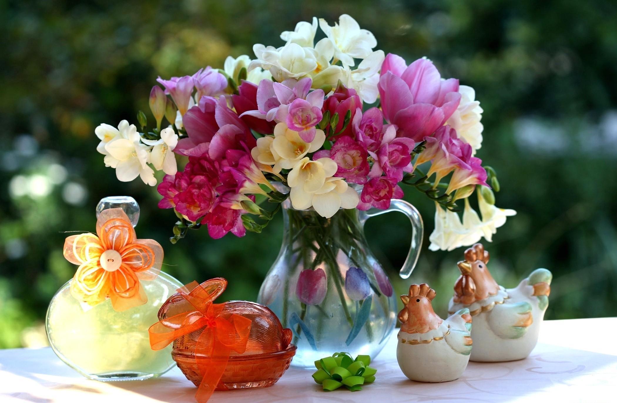 70218 скачать обои Тюльпаны, Цветы, Украшения, Букет, Кувшин, Фигурки, Фрезия - заставки и картинки бесплатно