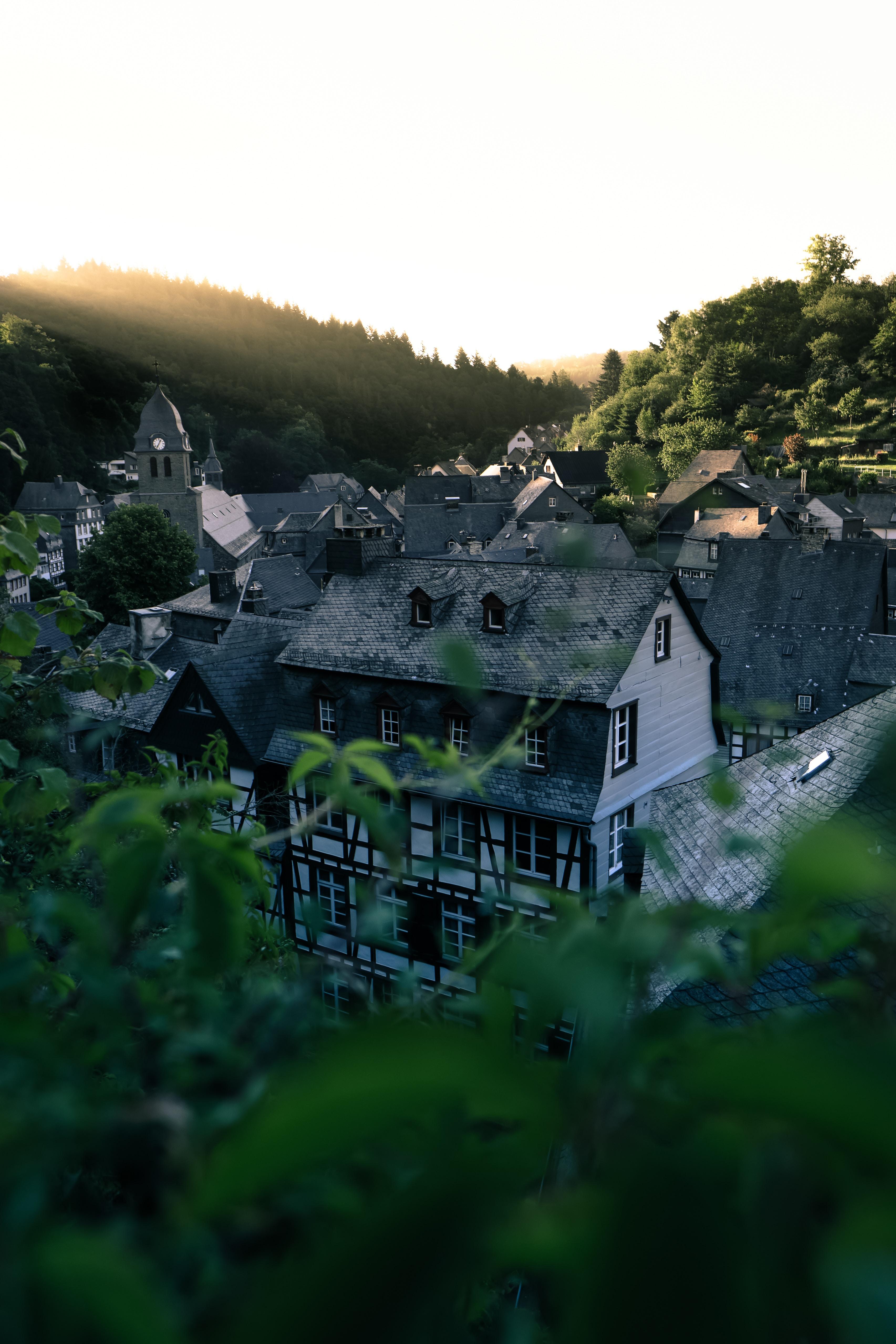 100189 Hintergrundbild 240x400 kostenlos auf deinem Handy, lade Bilder Städte, Bäume, Architektur, Gebäude, Blick Von Oben, Dach, Dächer 240x400 auf dein Handy herunter