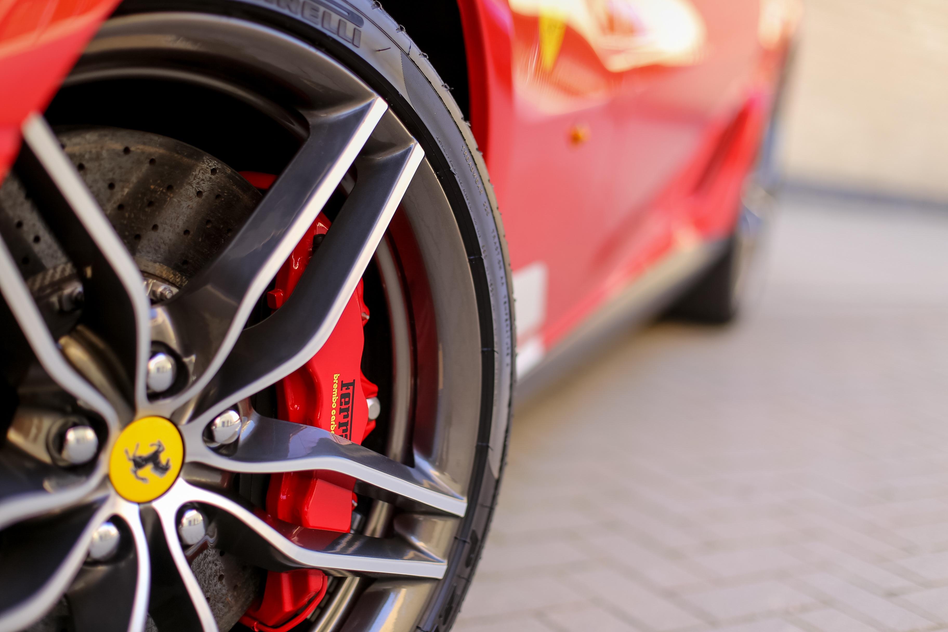 103080 Hintergrundbild herunterladen Ferrari, Cars, Rad, Logo, Reifen - Bildschirmschoner und Bilder kostenlos
