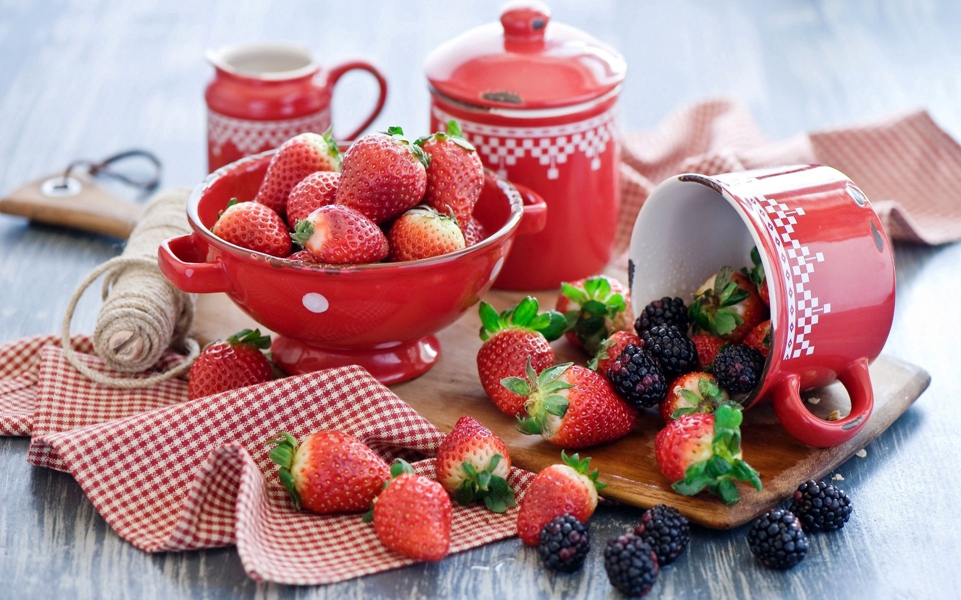 107238 download wallpaper Strawberry, Food, Tablewares, Berries, Blackberry, Service screensavers and pictures for free