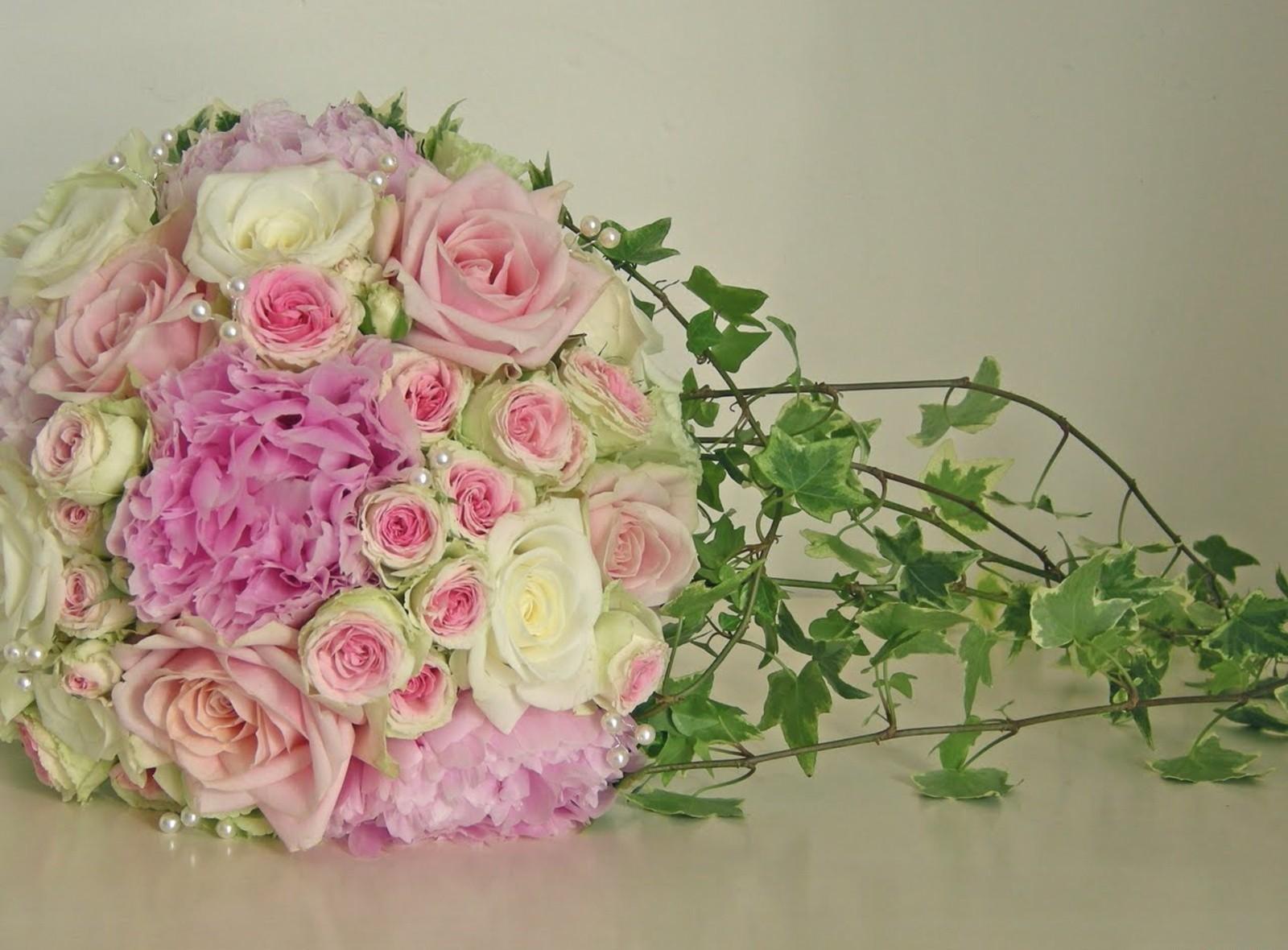 70964 скачать обои Цветы, Букет, Бусинки, Оформление, Зелень, Ветки, Красиво, Розы - заставки и картинки бесплатно