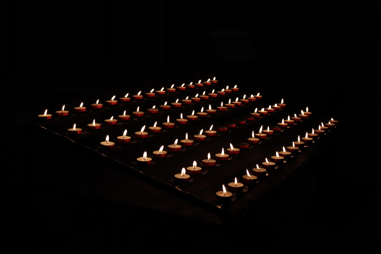 88100 Hintergrundbild herunterladen Feuer, Kerzen, Dunkel, Flamme, Das Schwarze, Wachs - Bildschirmschoner und Bilder kostenlos