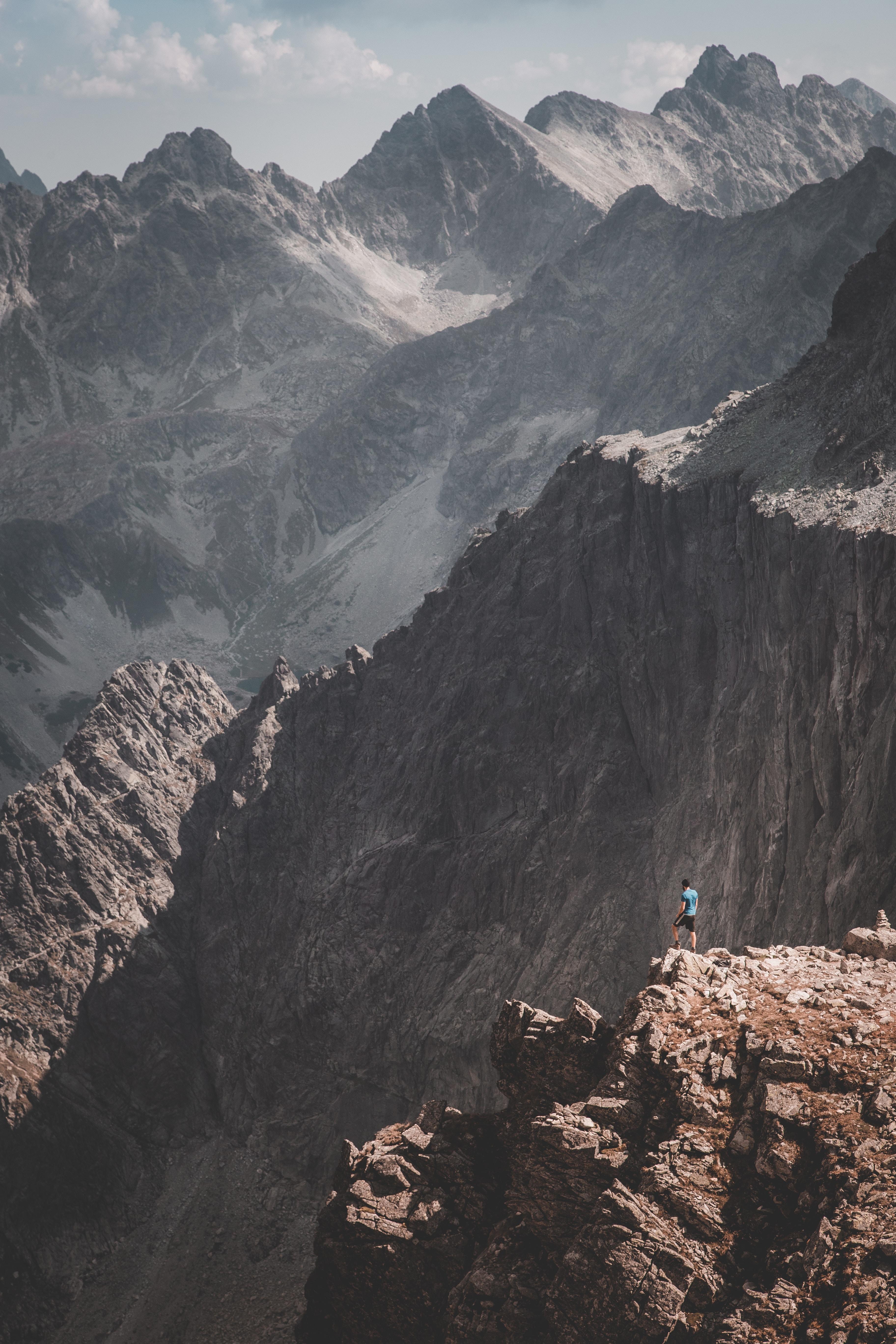 148302 скачать обои Скалы, Человек, Одиночество, Природа, Горы - заставки и картинки бесплатно