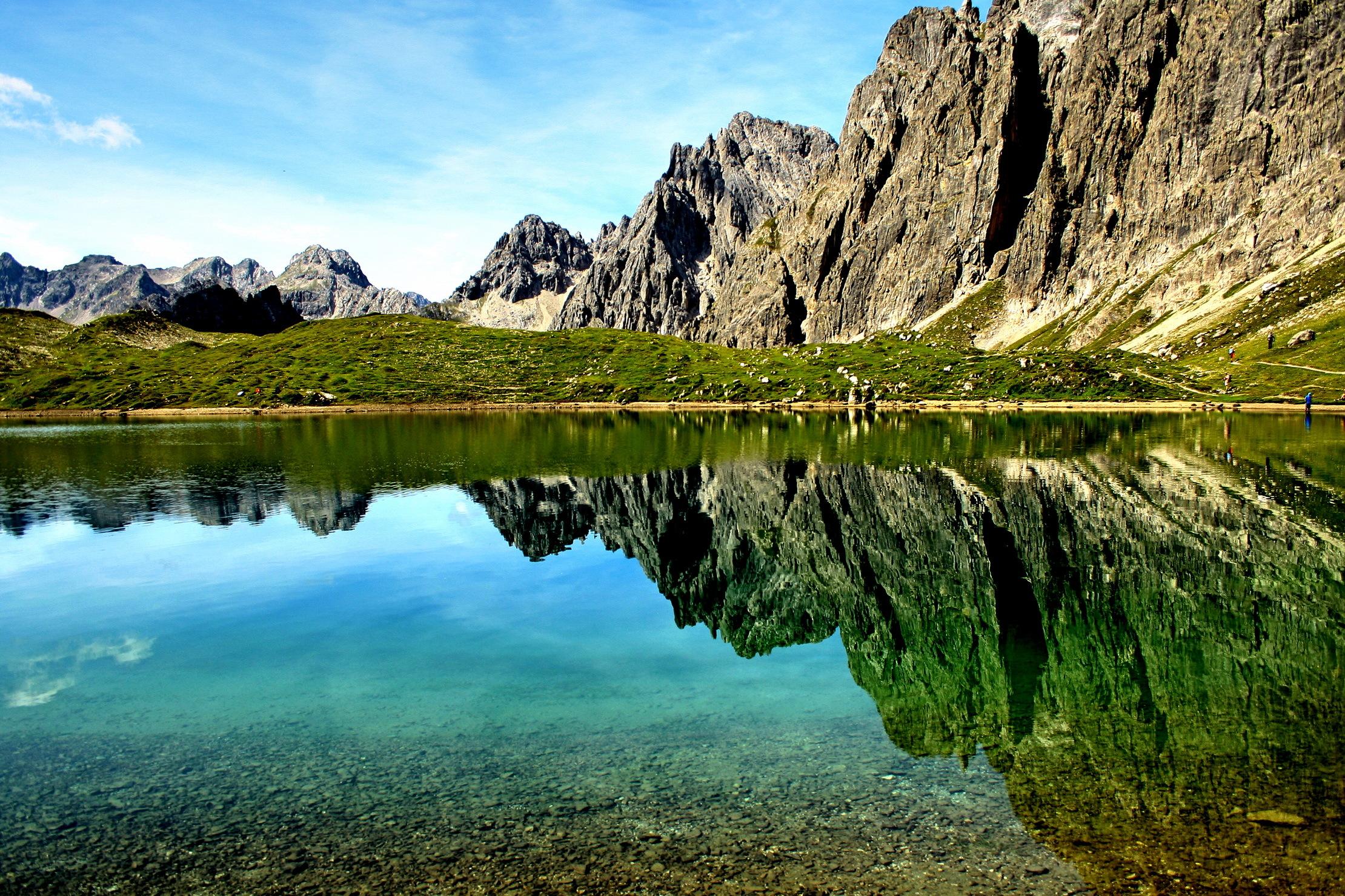 137933 Hintergrundbild 320x480 kostenlos auf deinem Handy, lade Bilder Felsen, Natur, Mountains, Die Steine, See, Reflexion 320x480 auf dein Handy herunter