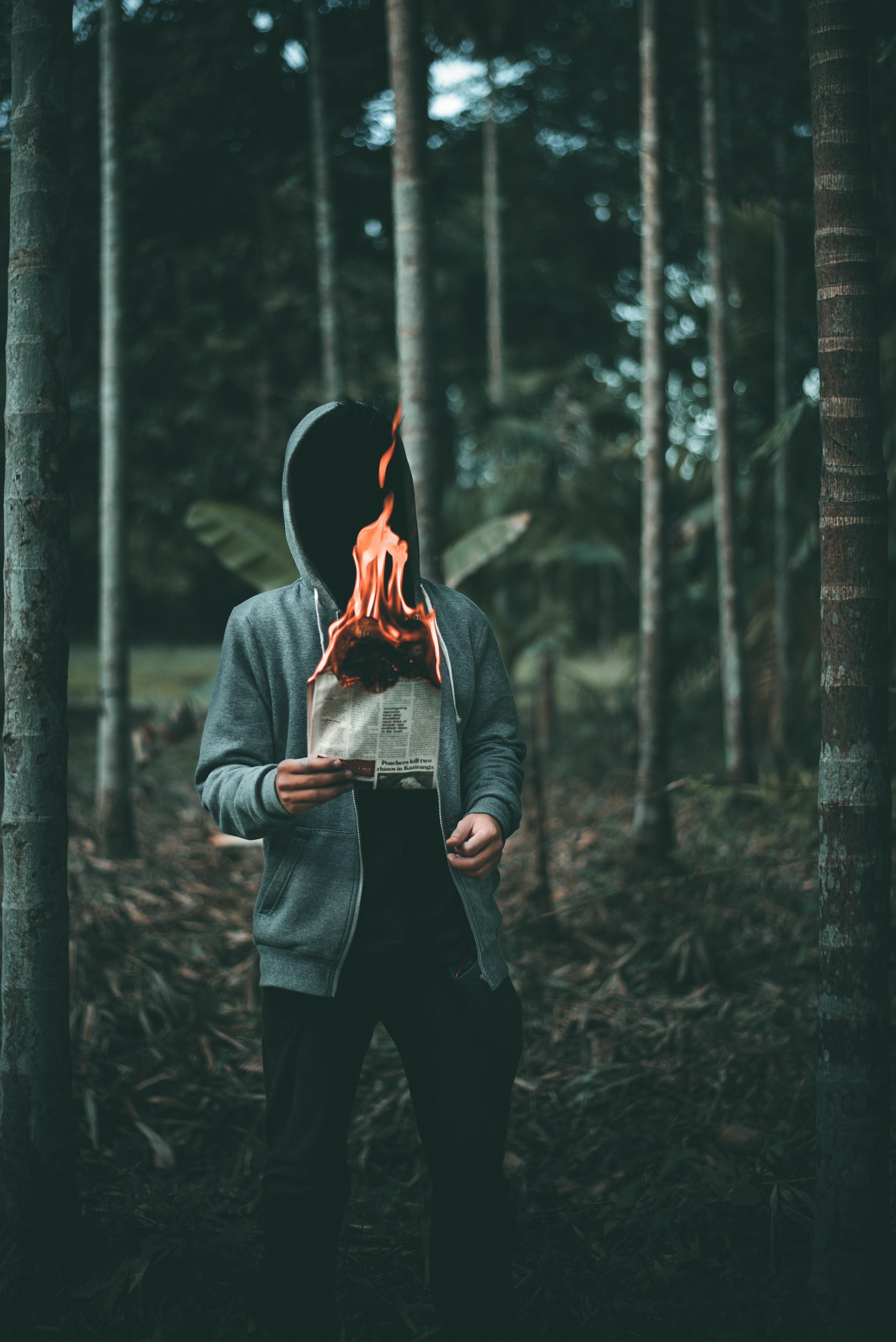 71145 免費下載壁紙 杂项, 人类, 男子, 报纸, 火, 燃烧 屏保和圖片