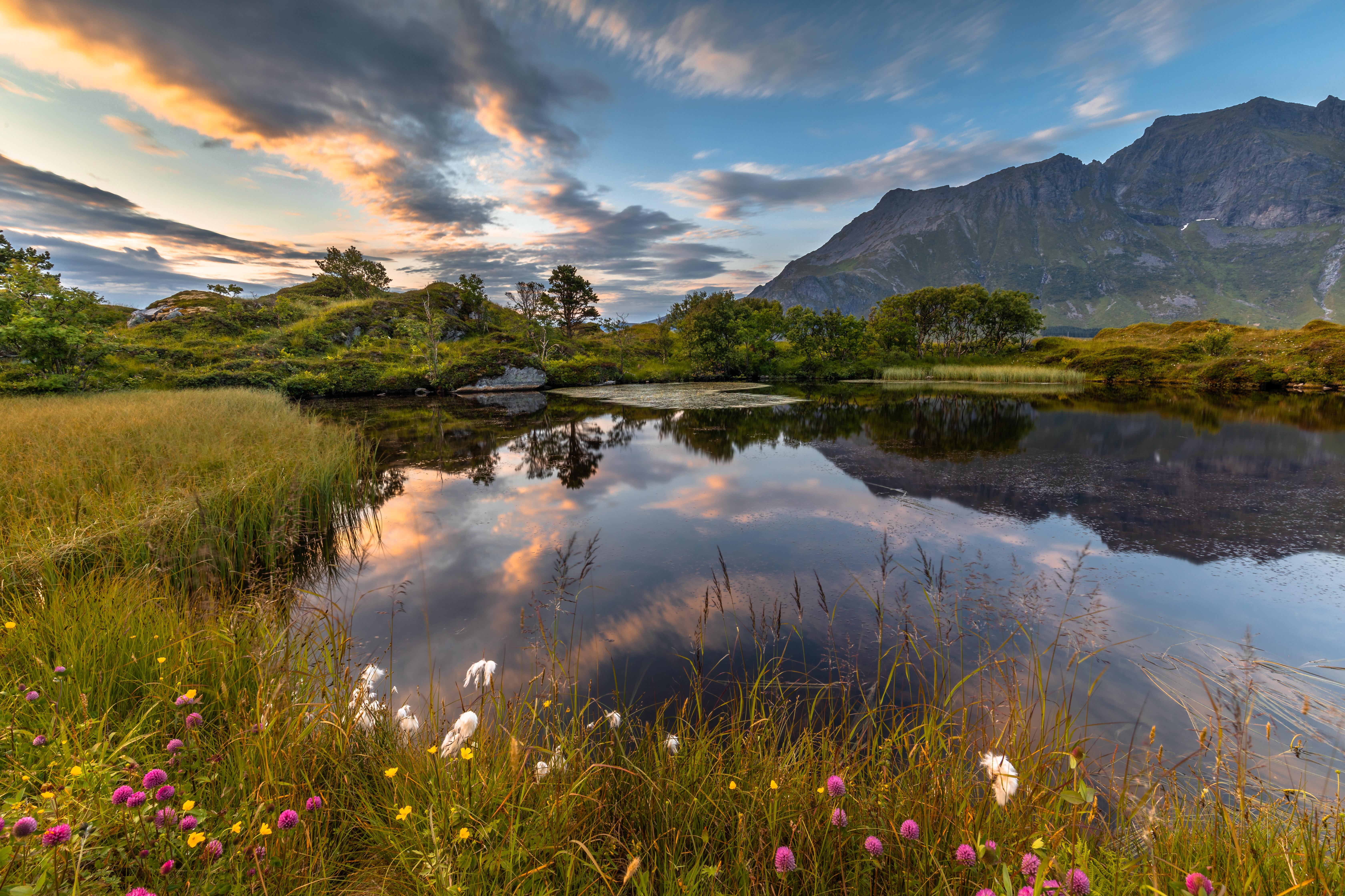 122321 Hintergrundbild herunterladen Landschaft, Natur, Grass, Mountains, See, Ufer, Bank - Bildschirmschoner und Bilder kostenlos