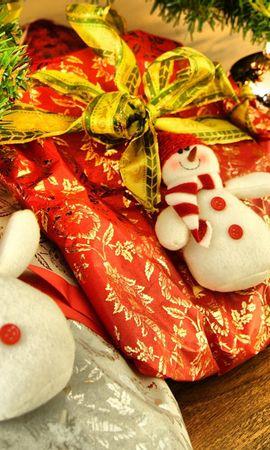 131720 скачать обои Праздники, Подарки, Елочная Игрушка, Ветка, Хвоя, Рождество, Снеговики - заставки и картинки бесплатно