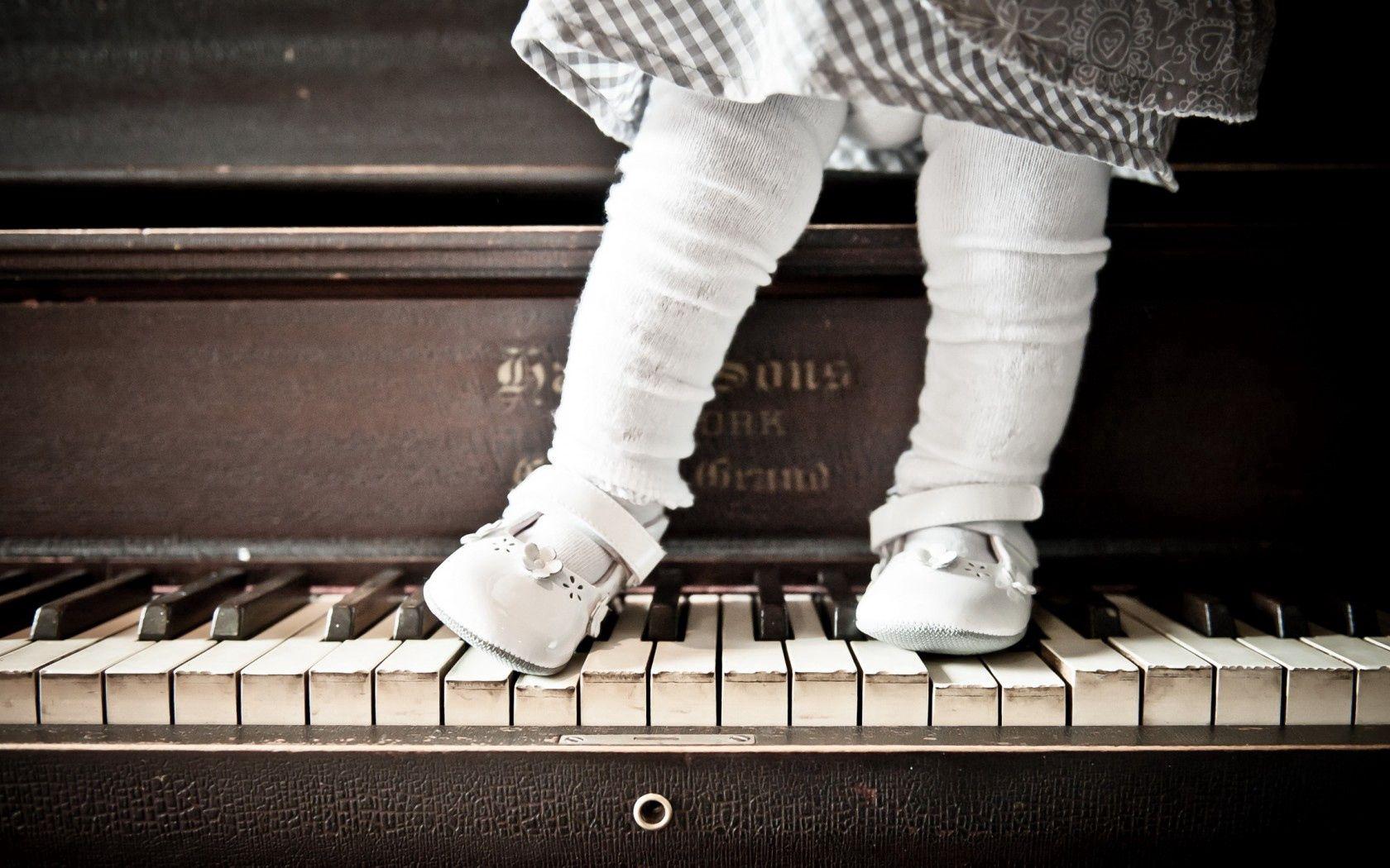 72371 скачать обои Разное, Девочка, Фон, Пианино - заставки и картинки бесплатно