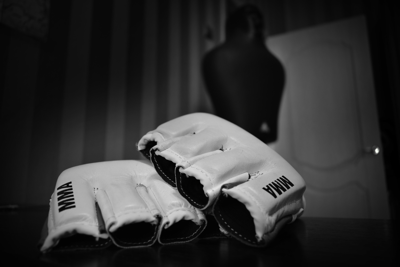 82201 завантажити шпалери Спорт, Чб, Рукавички, Боротьба, Змішані Єдиноборства, Змішані Бойові Мистецтва, Мма (Ів), Мма - заставки і картинки безкоштовно