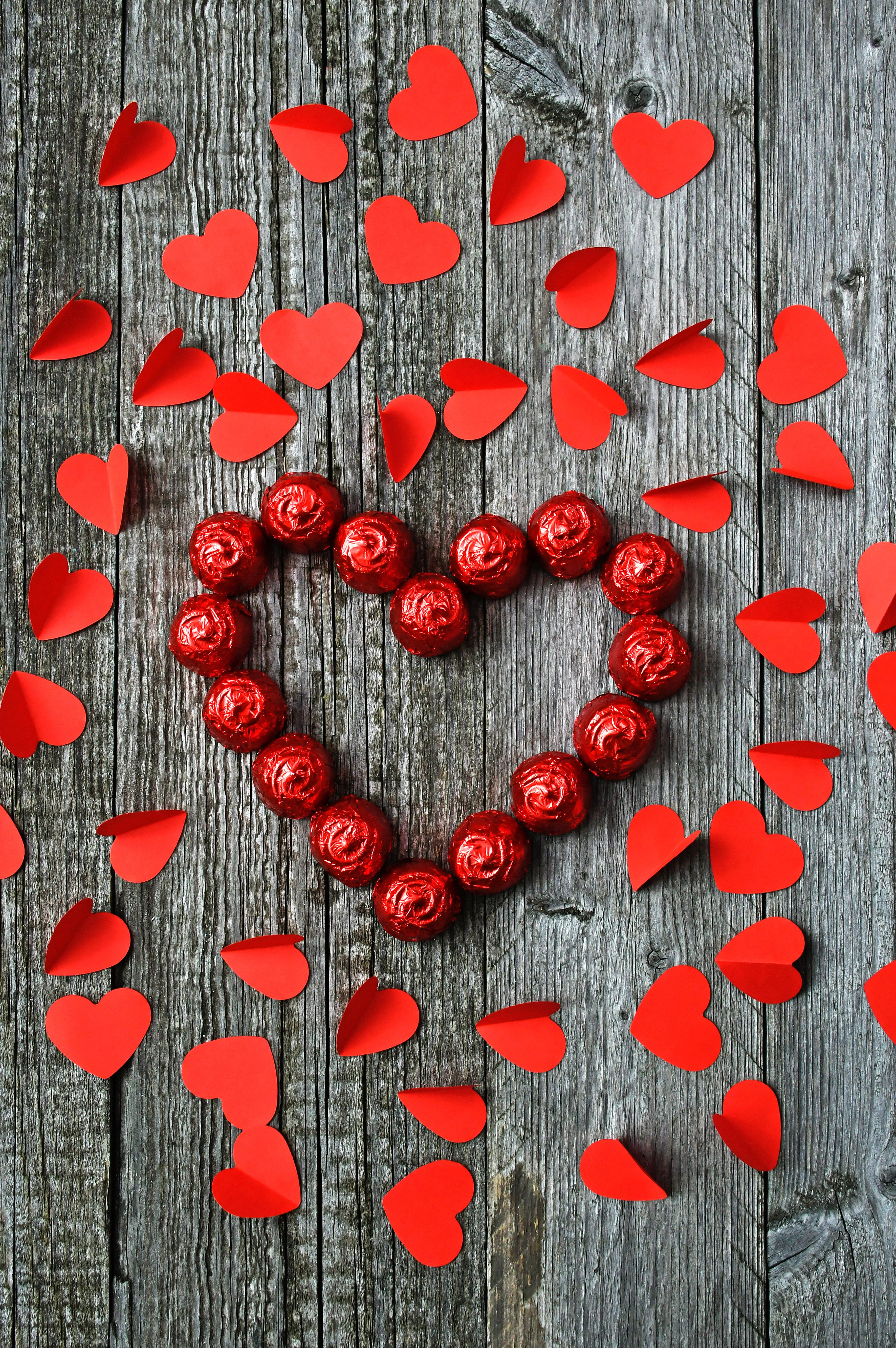 81169 обои 2160x3840 на телефон бесплатно, скачать картинки Сердца, Любовь, Конфеты, Сердце 2160x3840 на мобильный