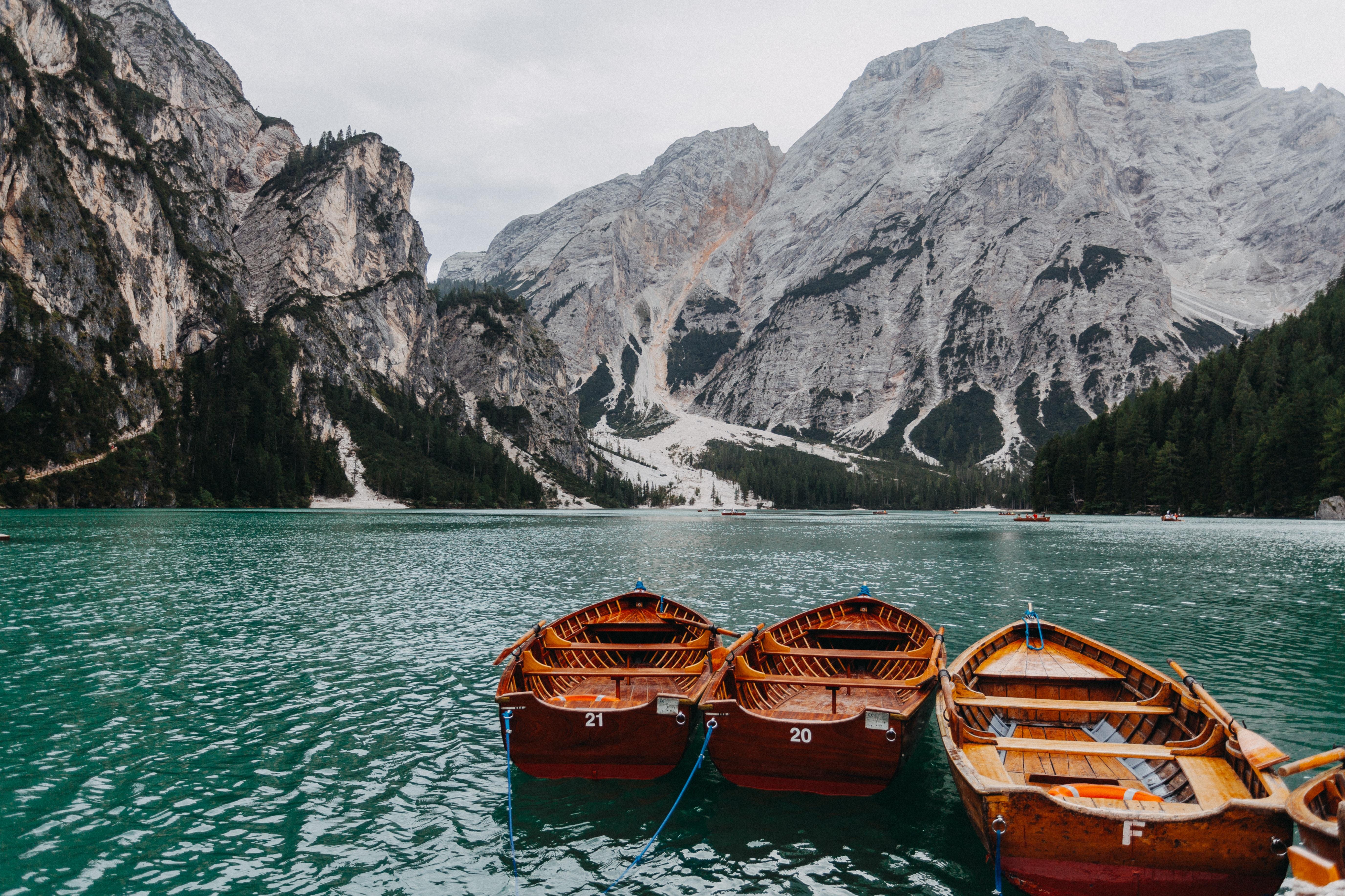 86190 papel de parede 2160x3840 em seu telefone gratuitamente, baixe imagens Natureza, Montanhas, Barcos, Lago 2160x3840 em seu celular