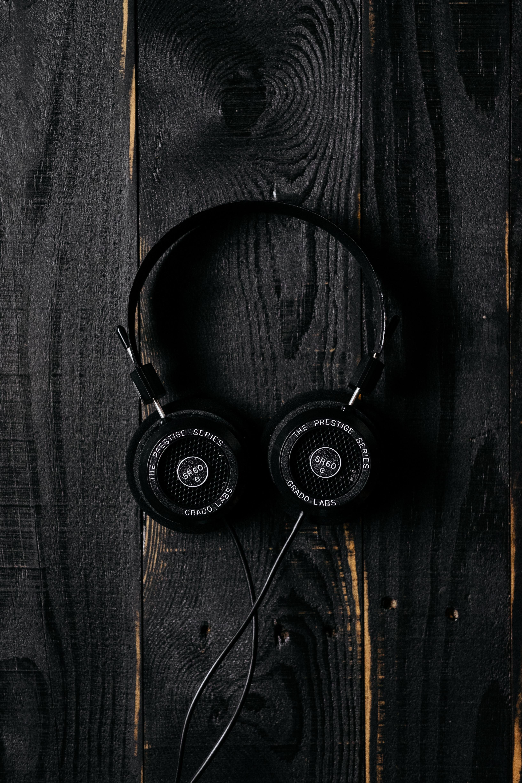 137056 Salvapantallas y fondos de pantalla Música en tu teléfono. Descarga imágenes de Música, Auriculares, Superficie, Madera, De Madera, Oscuro gratis