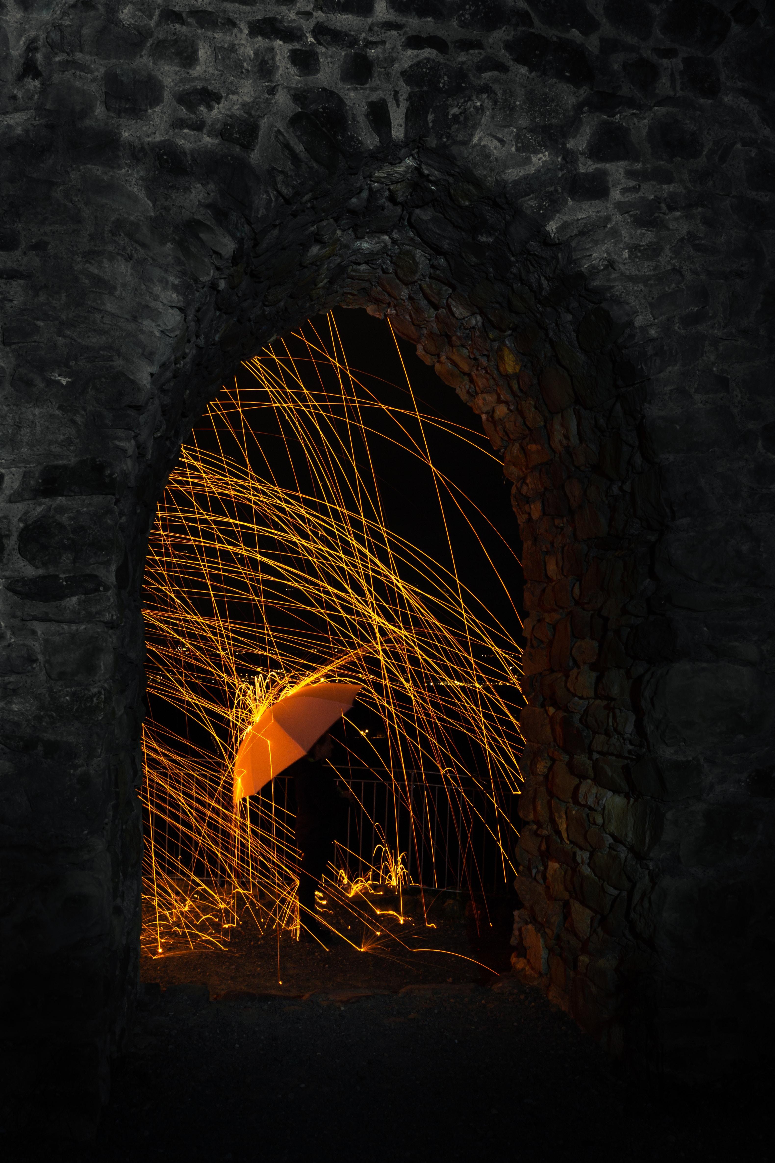 85861壁紙のダウンロード闇, 暗い, シルエット, 傘, スパークス, 火の粉, アーチ-スクリーンセーバーと写真を無料で
