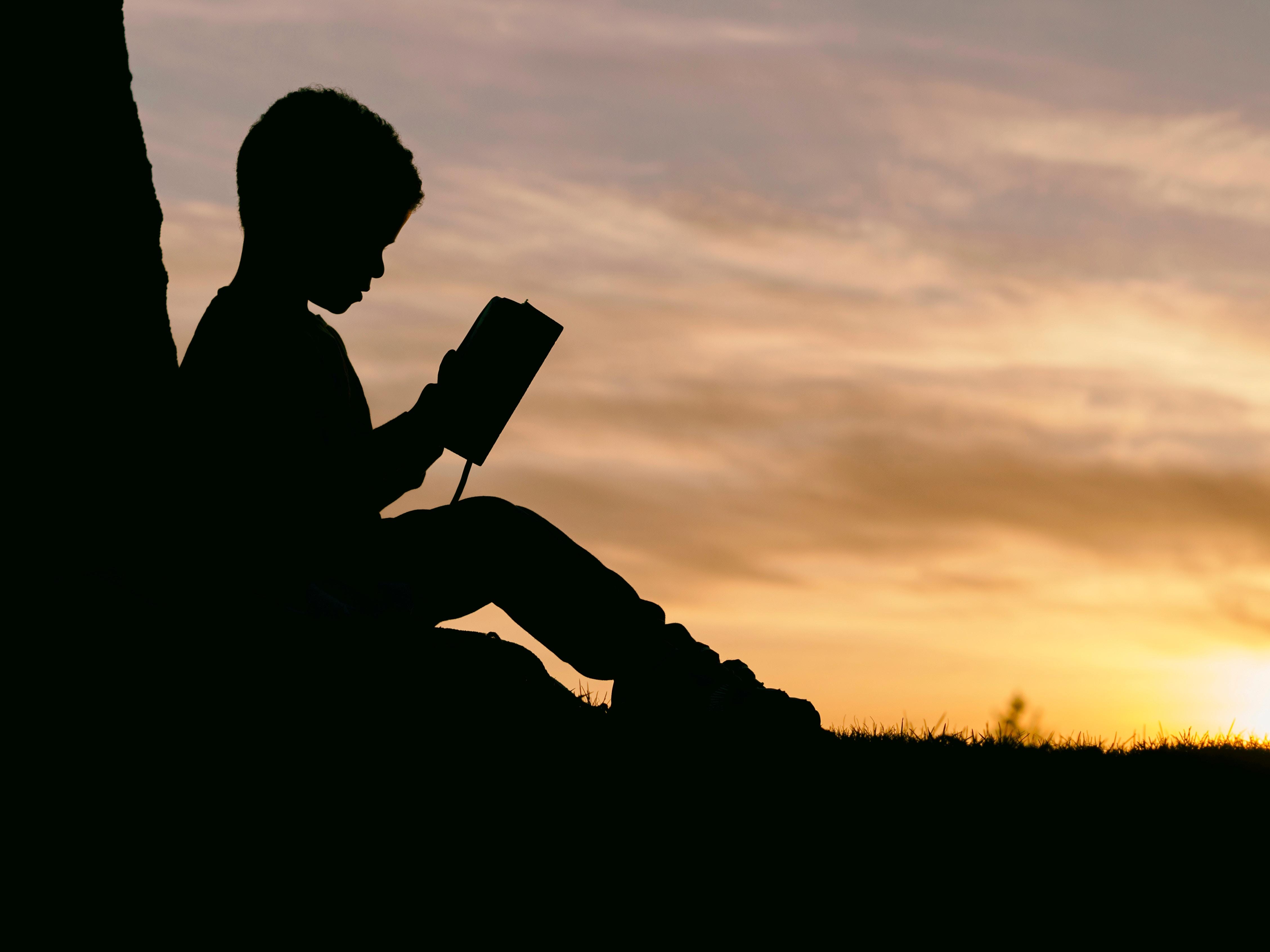 手機的140840屏保和壁紙黑暗。 免費下載 黑暗的, 黑暗, 孩子, 儿童, 轮廓, 剪影, 书, 预订, 日落 圖片