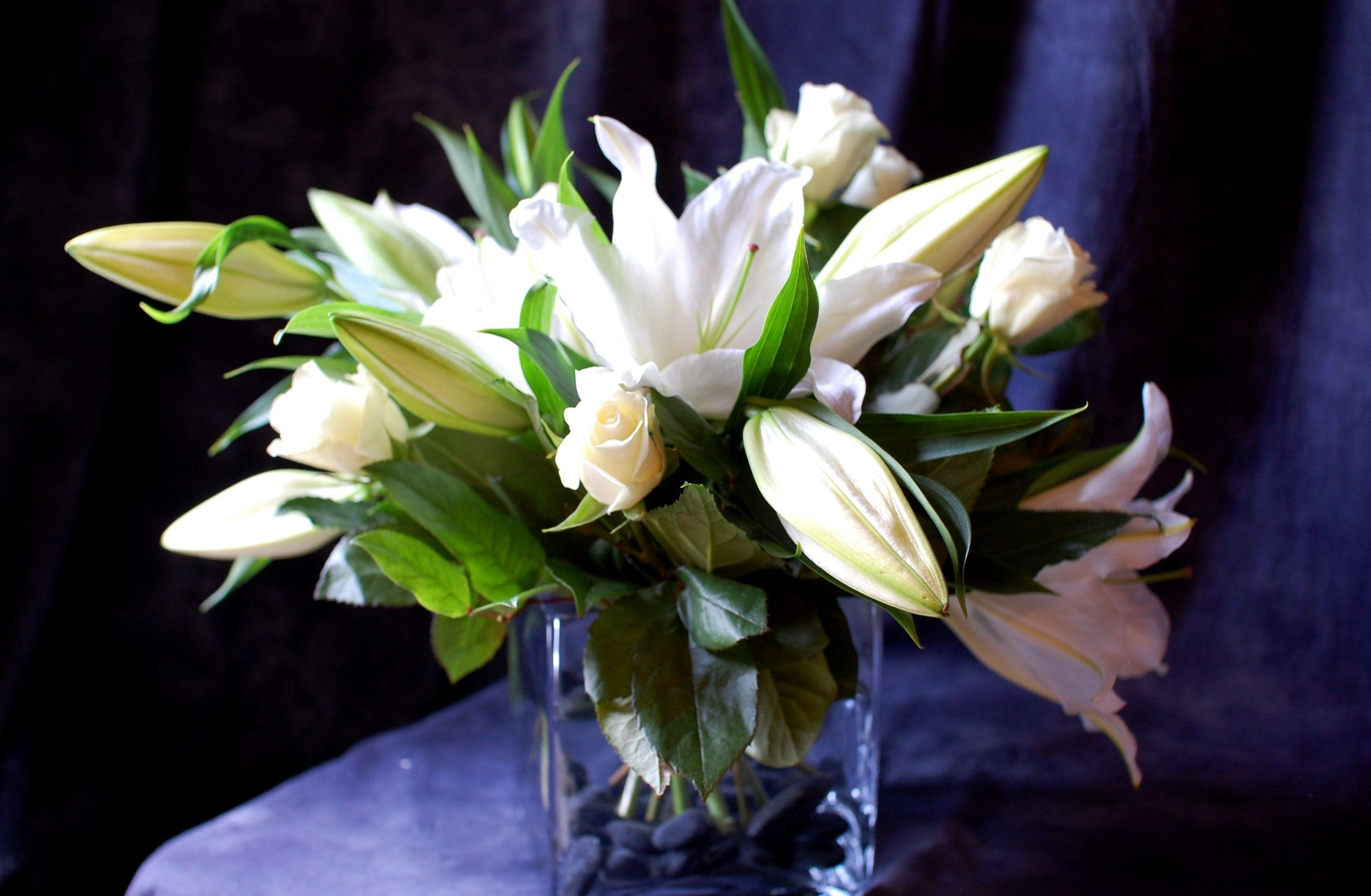 89259 скачать обои Цветы, Букет, Лилии, Ваза, Розы - заставки и картинки бесплатно
