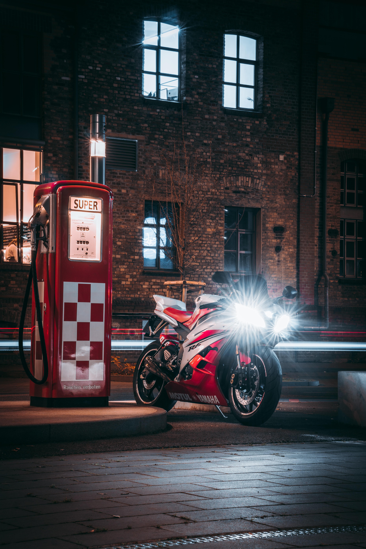 68419 Hintergrundbild herunterladen Übernachtung, Motorräder, Scheinen, Licht, Motorrad, Fahrrad - Bildschirmschoner und Bilder kostenlos