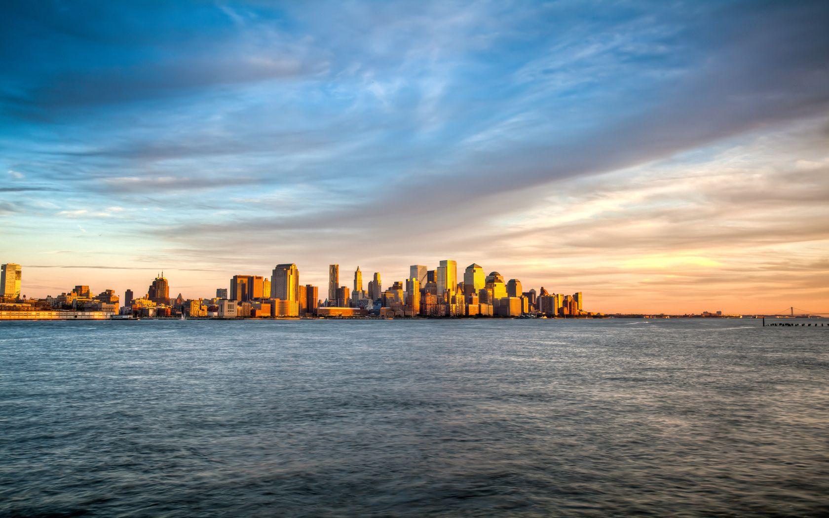 53713 скачать обои Нью-Йорк, Манхеттен, Остров, Море, Вода, Вид, Обзор, Небо, Вечер, Закат, Облака, Города, Волны, Пейзаж - заставки и картинки бесплатно