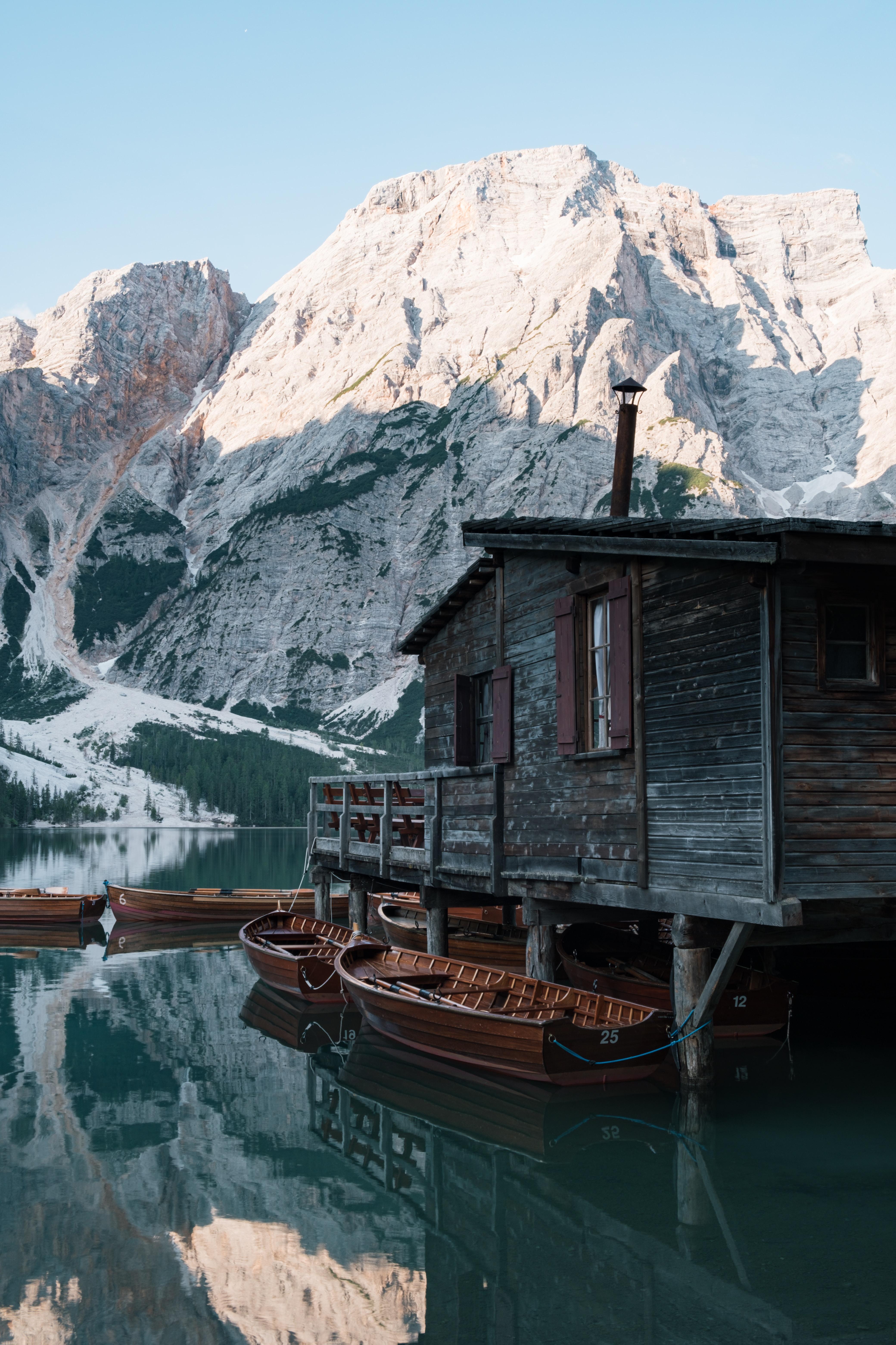 148774 Заставки и Обои Лодки на телефон. Скачать Природа, Домик, Озеро, Лодки, Пирс, Горы картинки бесплатно
