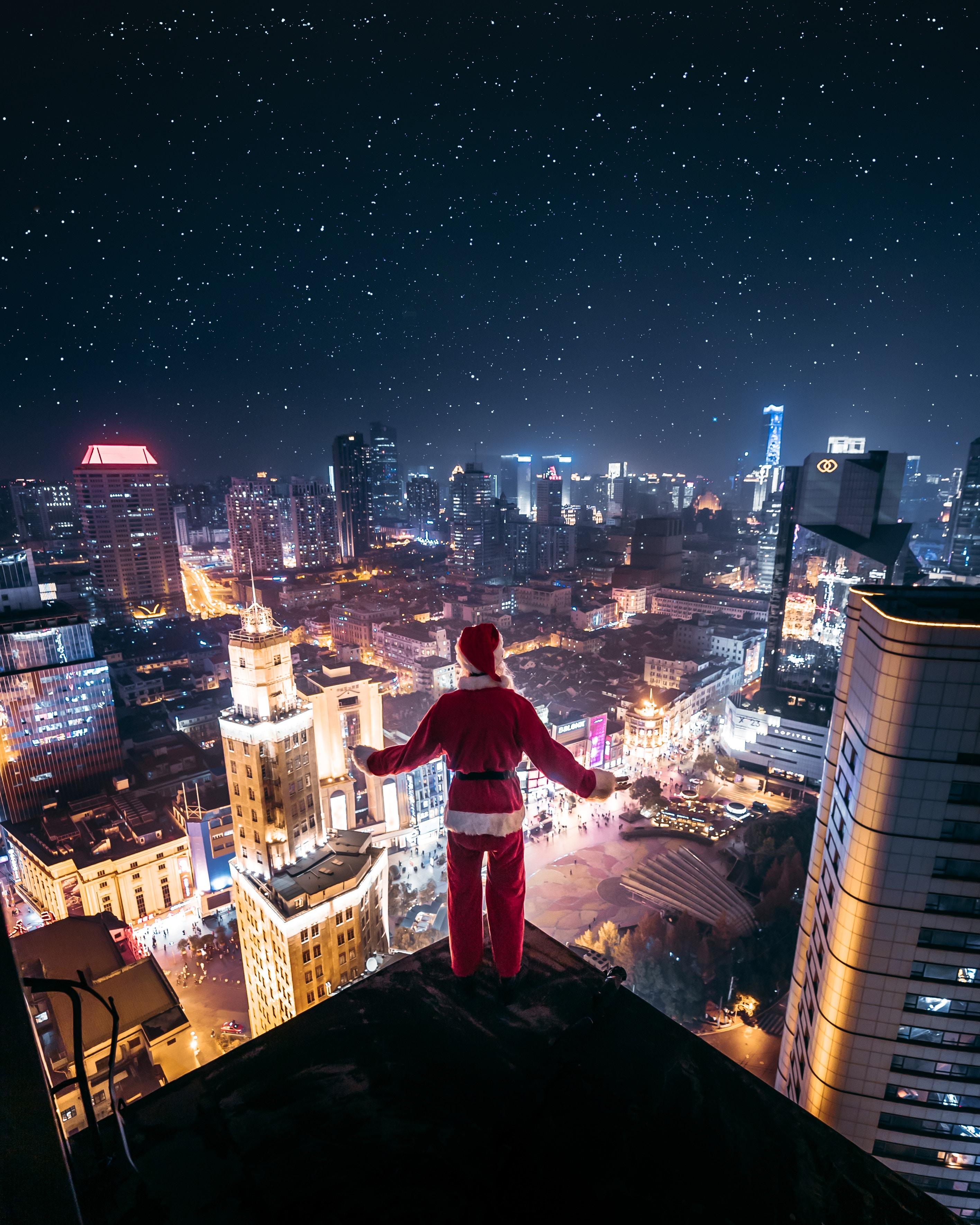 151028 Hintergrundbild herunterladen Feiertage, Weihnachtsmann, Blick Von Oben, Nächtliche Stadt, Night City, Einsamkeit, Dach - Bildschirmschoner und Bilder kostenlos