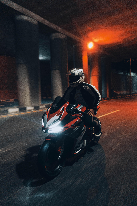 117847 Hintergrundbild herunterladen Motorräder, Straße, Motorradfahrer, Geschwindigkeit, Motorrad, Tunnel - Bildschirmschoner und Bilder kostenlos