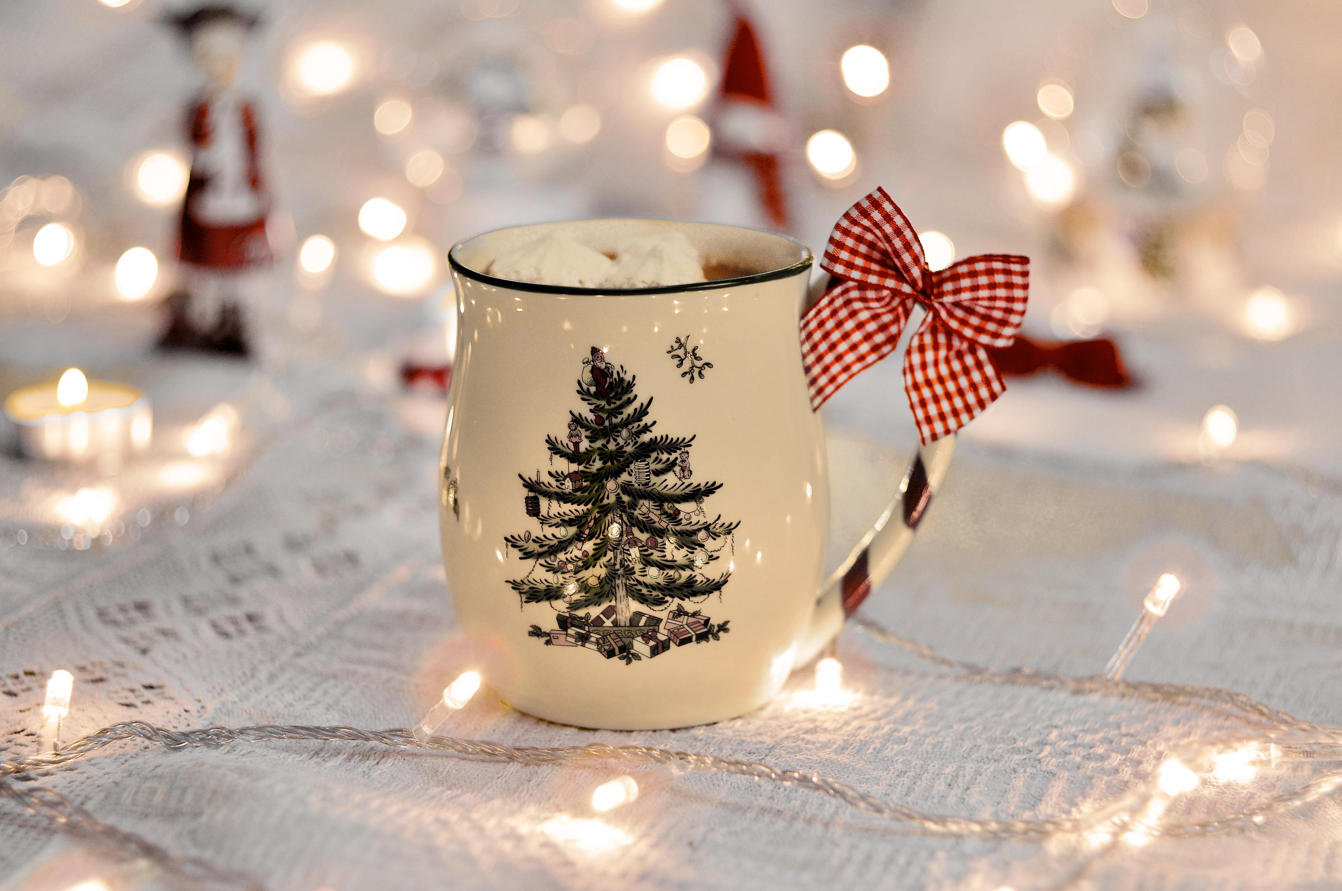 131441 Hintergrundbild herunterladen Feiertage, Neujahr, Eine Tasse, Tasse, Neues Jahr, Bogen, Girlande, Garland - Bildschirmschoner und Bilder kostenlos