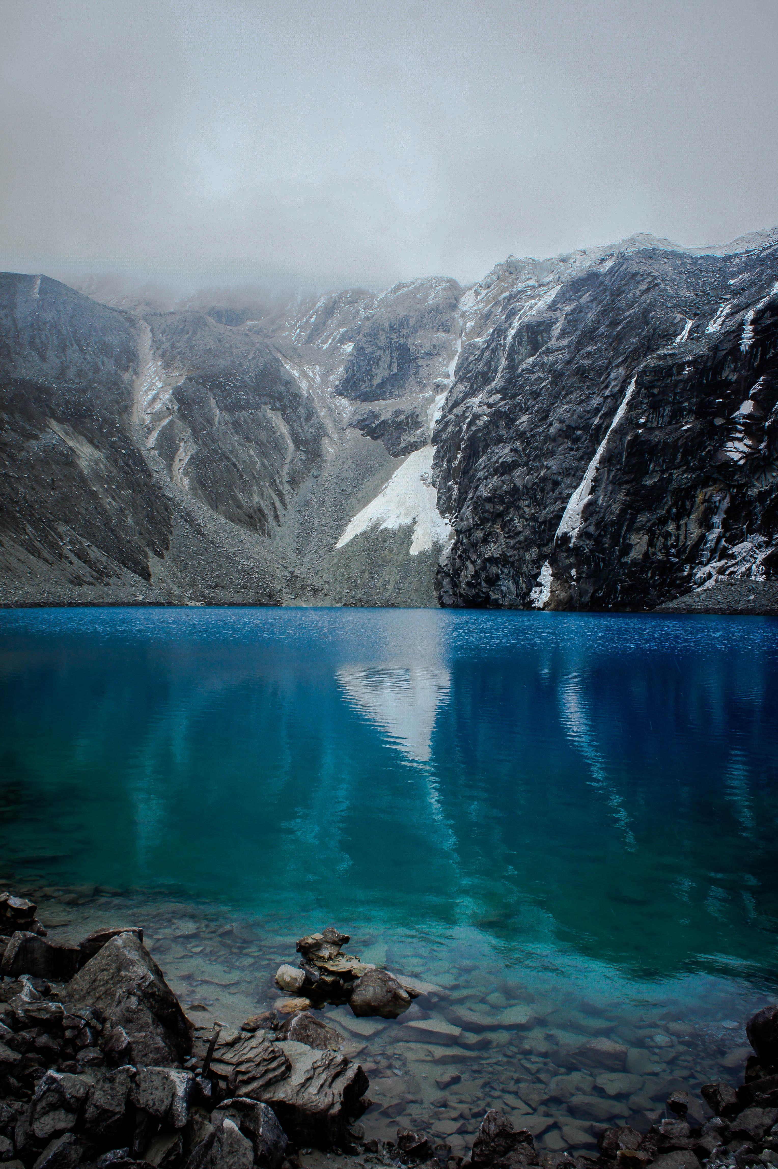 148754 скачать обои Природа, Озеро, Скалы, Камни, Облака, Горы - заставки и картинки бесплатно