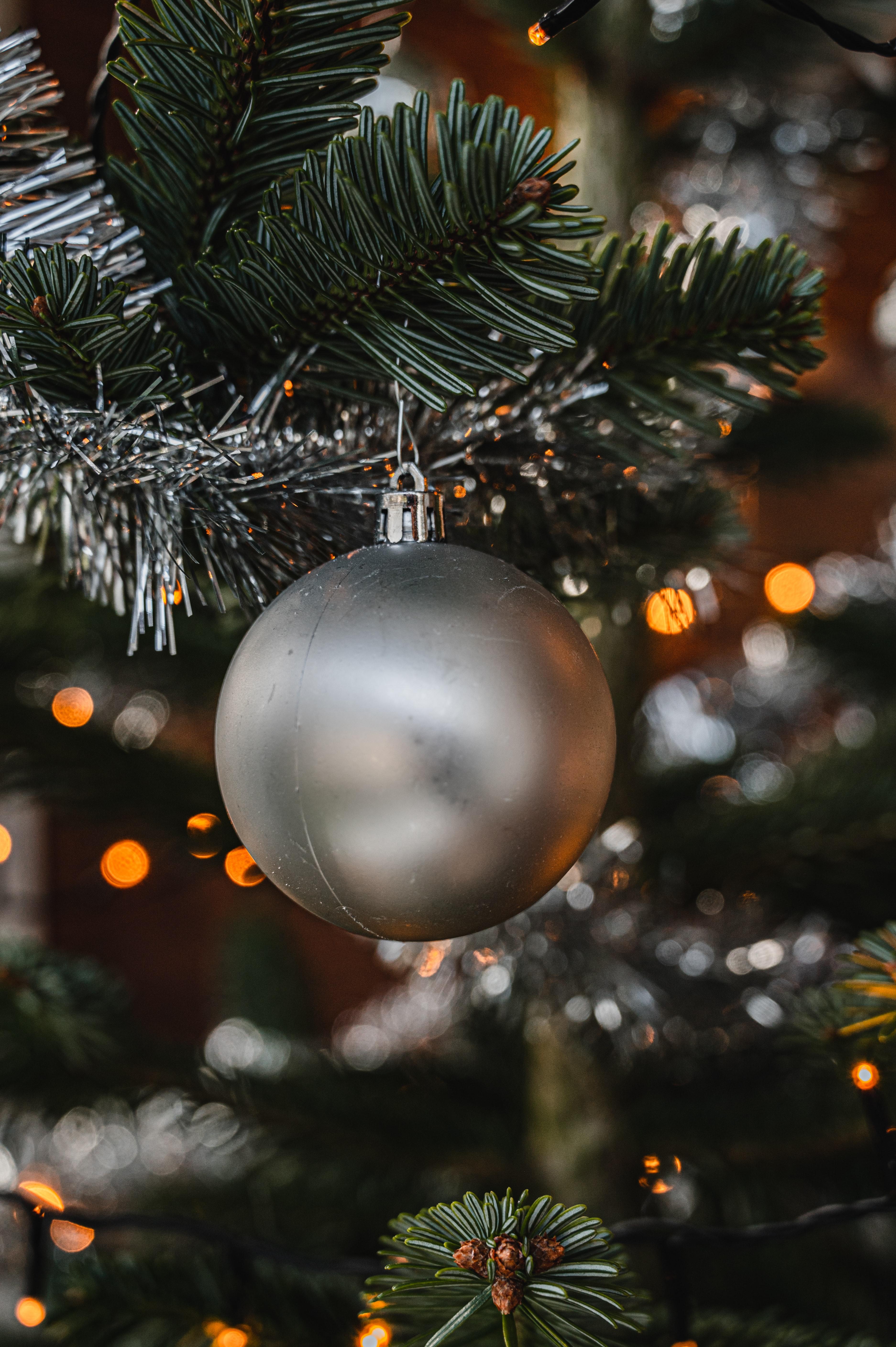 147472 скачать обои Праздники, Рождество, Новый Год, Серый, Шар, Елка, Украшение - заставки и картинки бесплатно