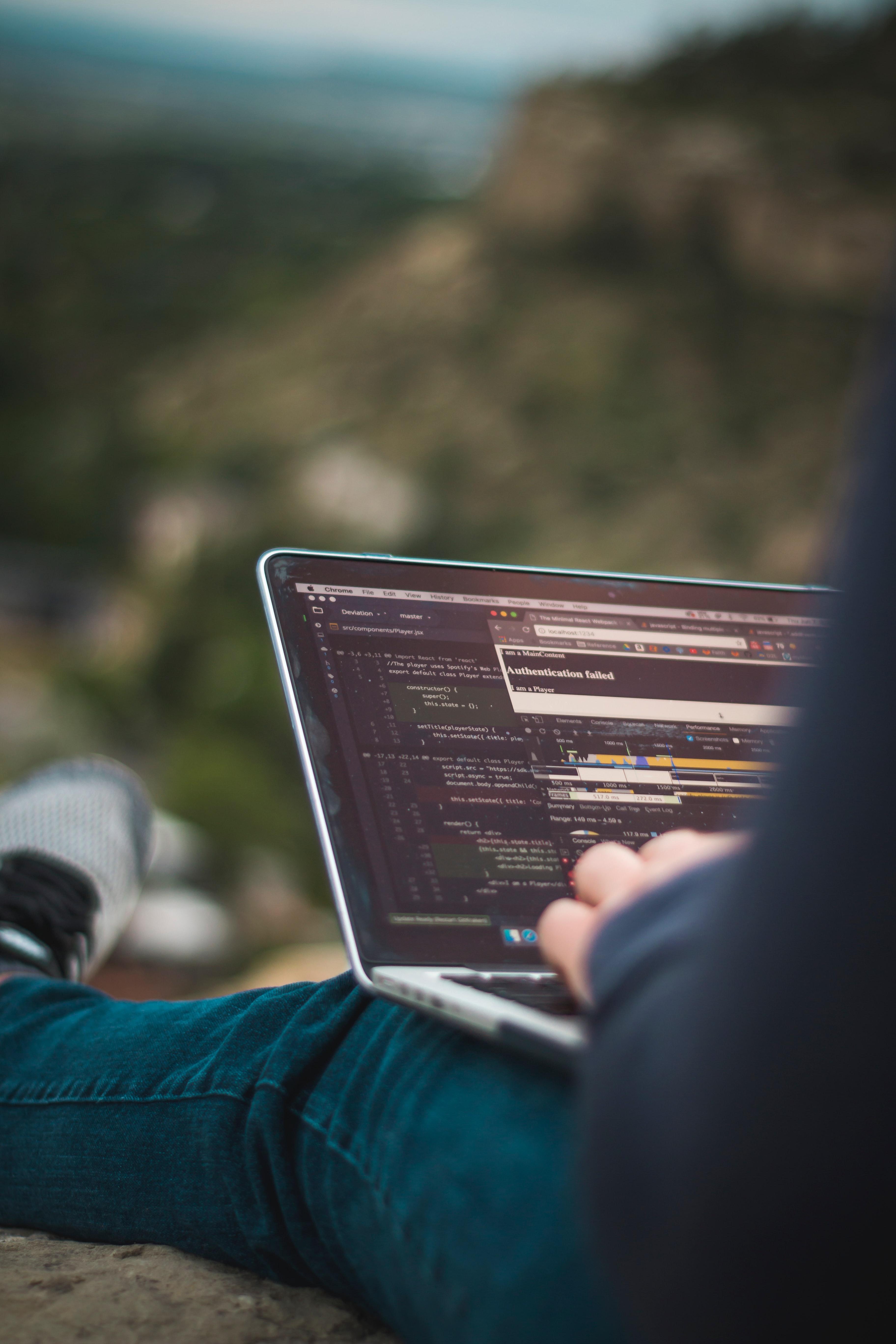 51509 Hintergrundbild herunterladen Der Code, Code, Mensch, Person, Technologien, Technologie, Notizbuch, Laptop, Hacker, Programmierer - Bildschirmschoner und Bilder kostenlos