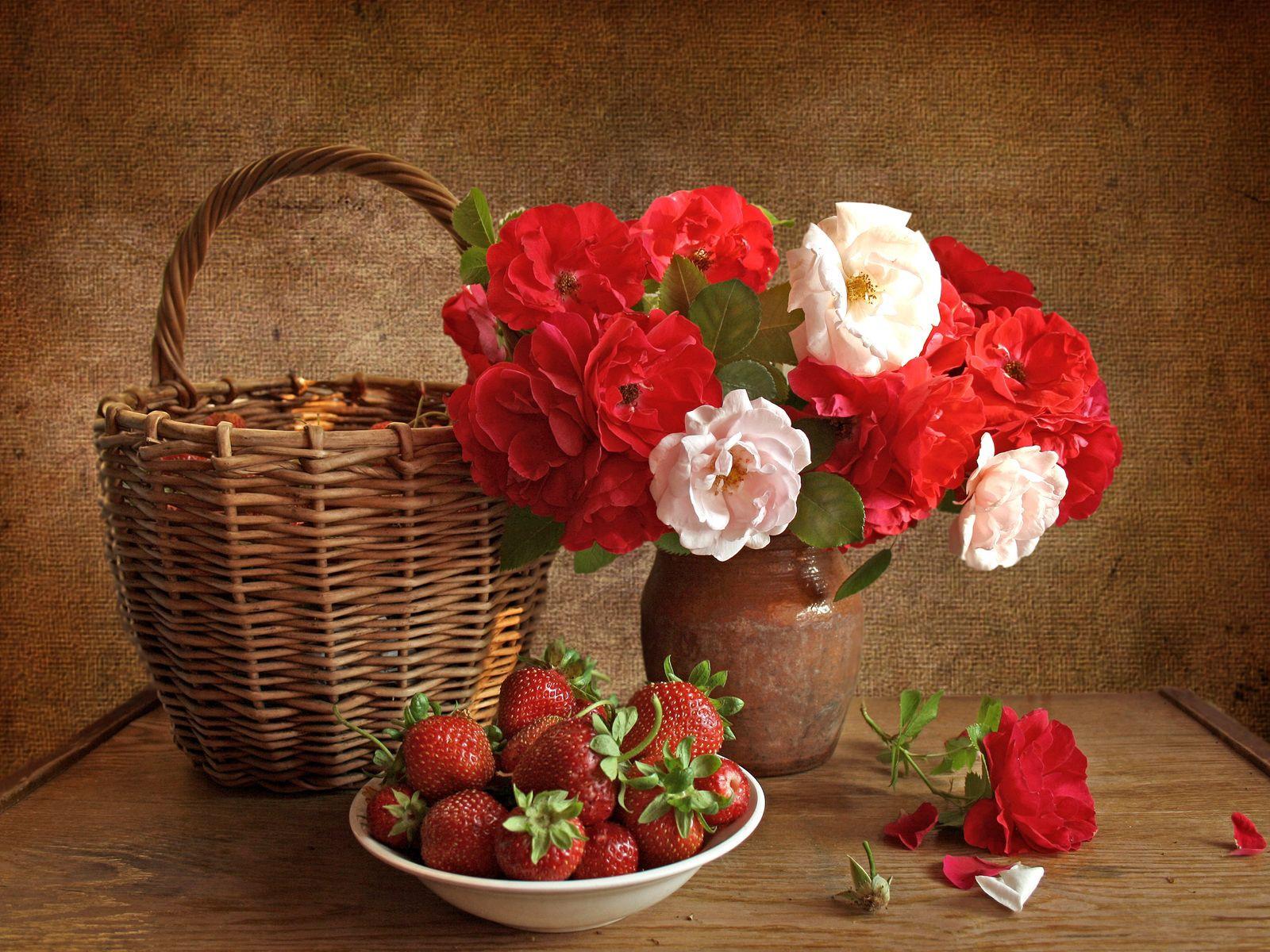 63722 скачать обои Цветы, Клубника, Розы, Натюрморт, Корзина - заставки и картинки бесплатно