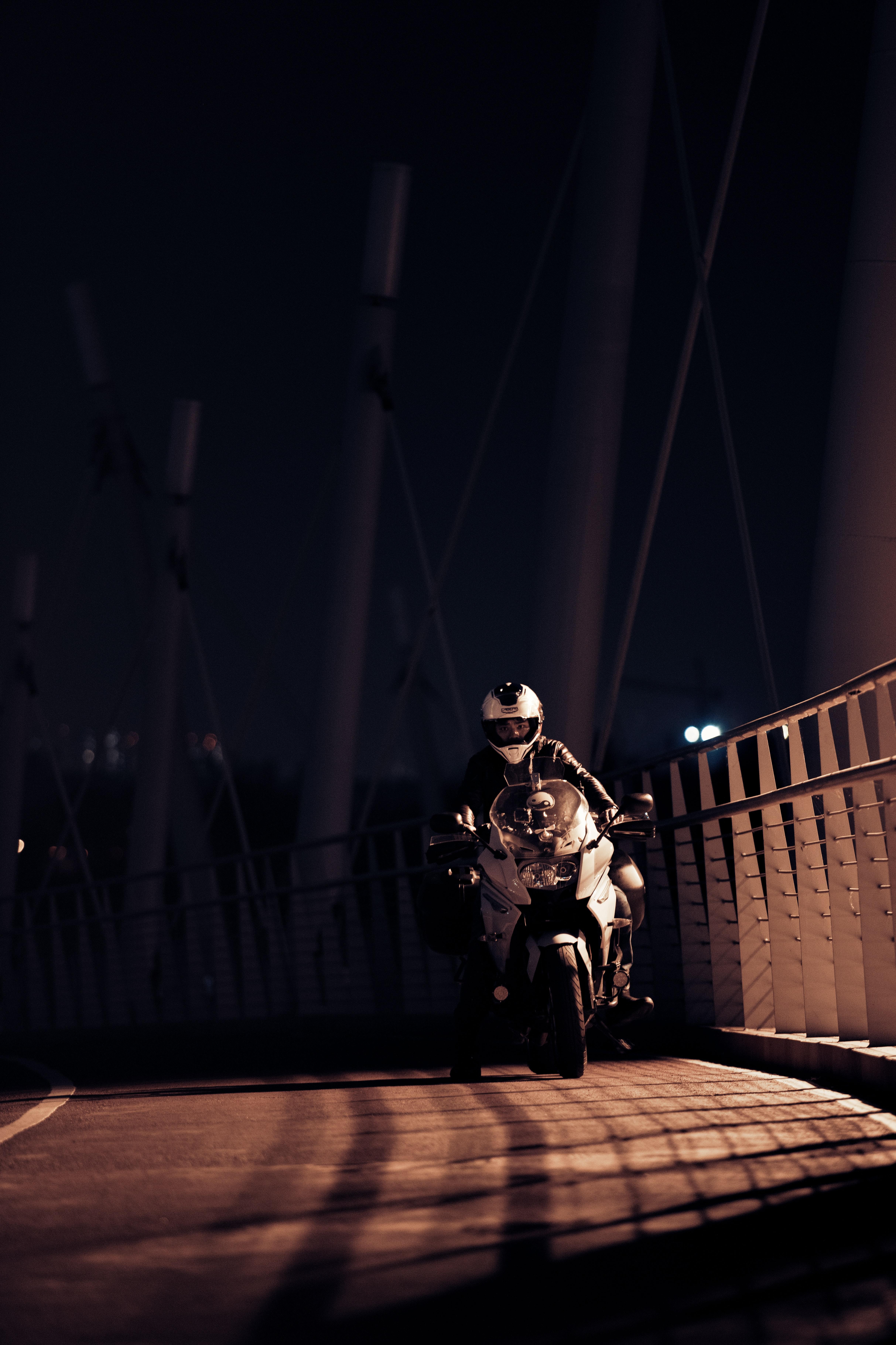 71493 скачать обои Мотоциклы, Мотоциклист, Мотоцикл, Шлем, Ночь - заставки и картинки бесплатно