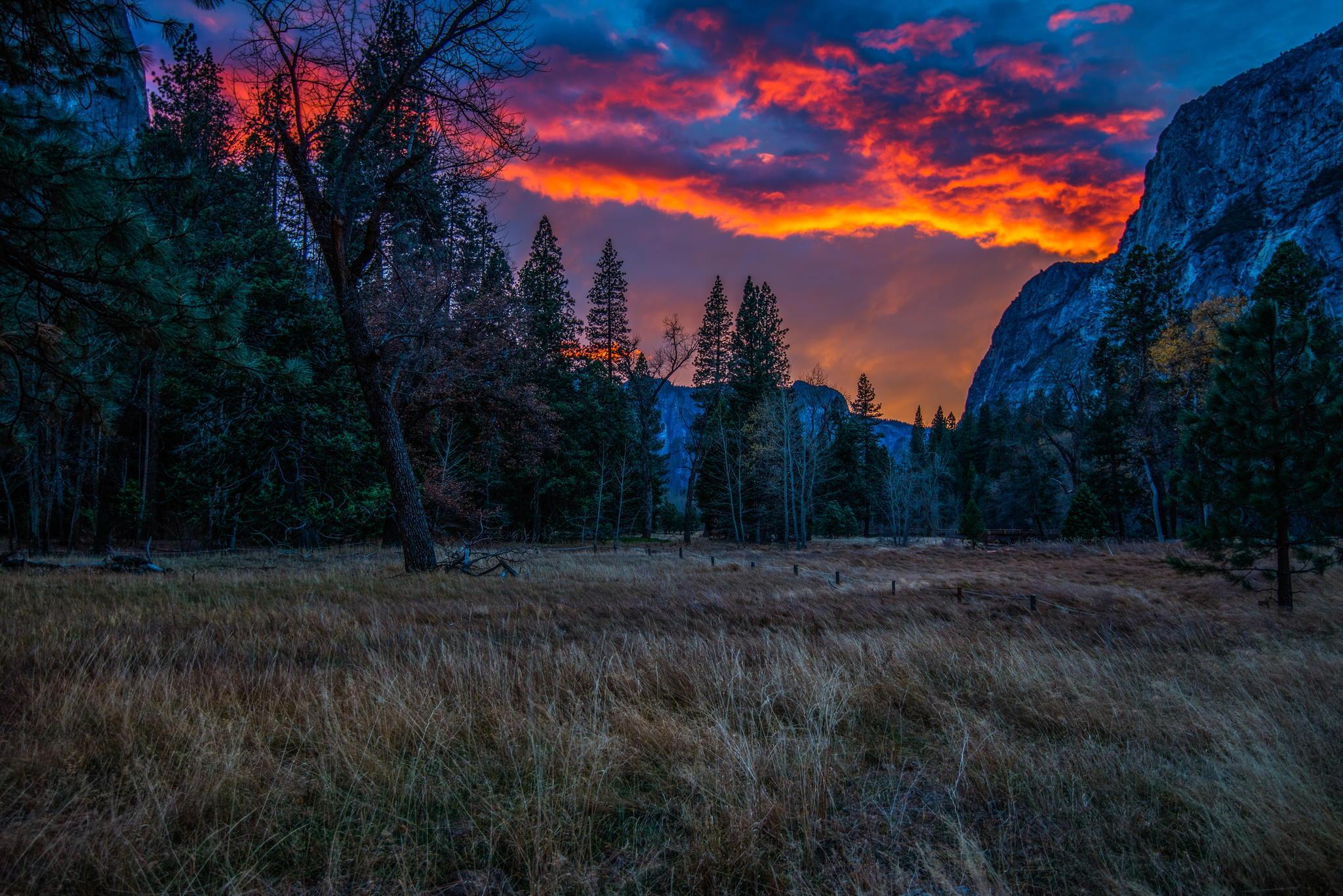 132378 скачать обои Закат, Природа, Горы, Трава, Деревья, Вечер - заставки и картинки бесплатно