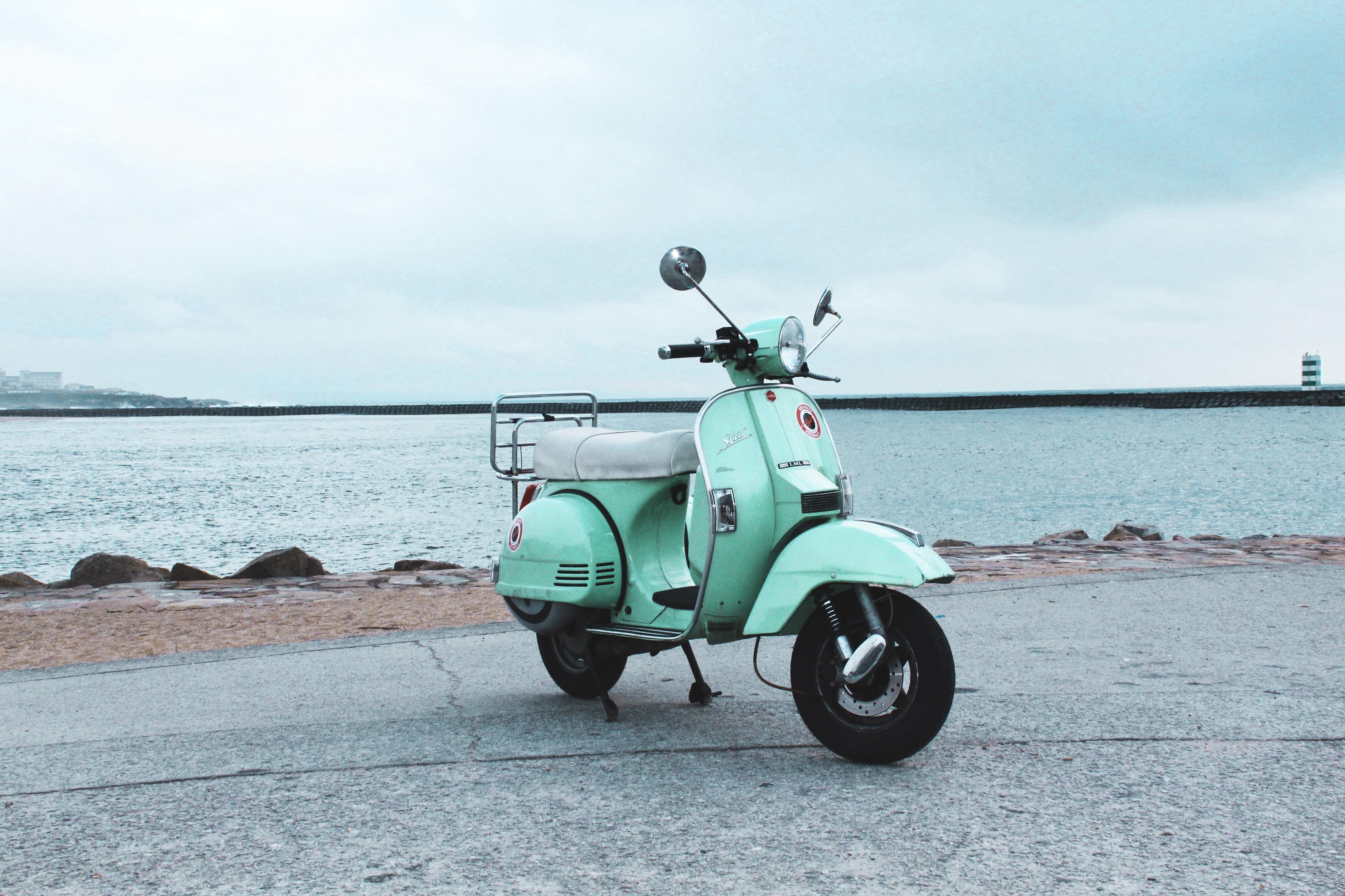 101010 Hintergrundbild herunterladen Motorräder, Sea, Straße, Roller, Scooter, Street - Bildschirmschoner und Bilder kostenlos