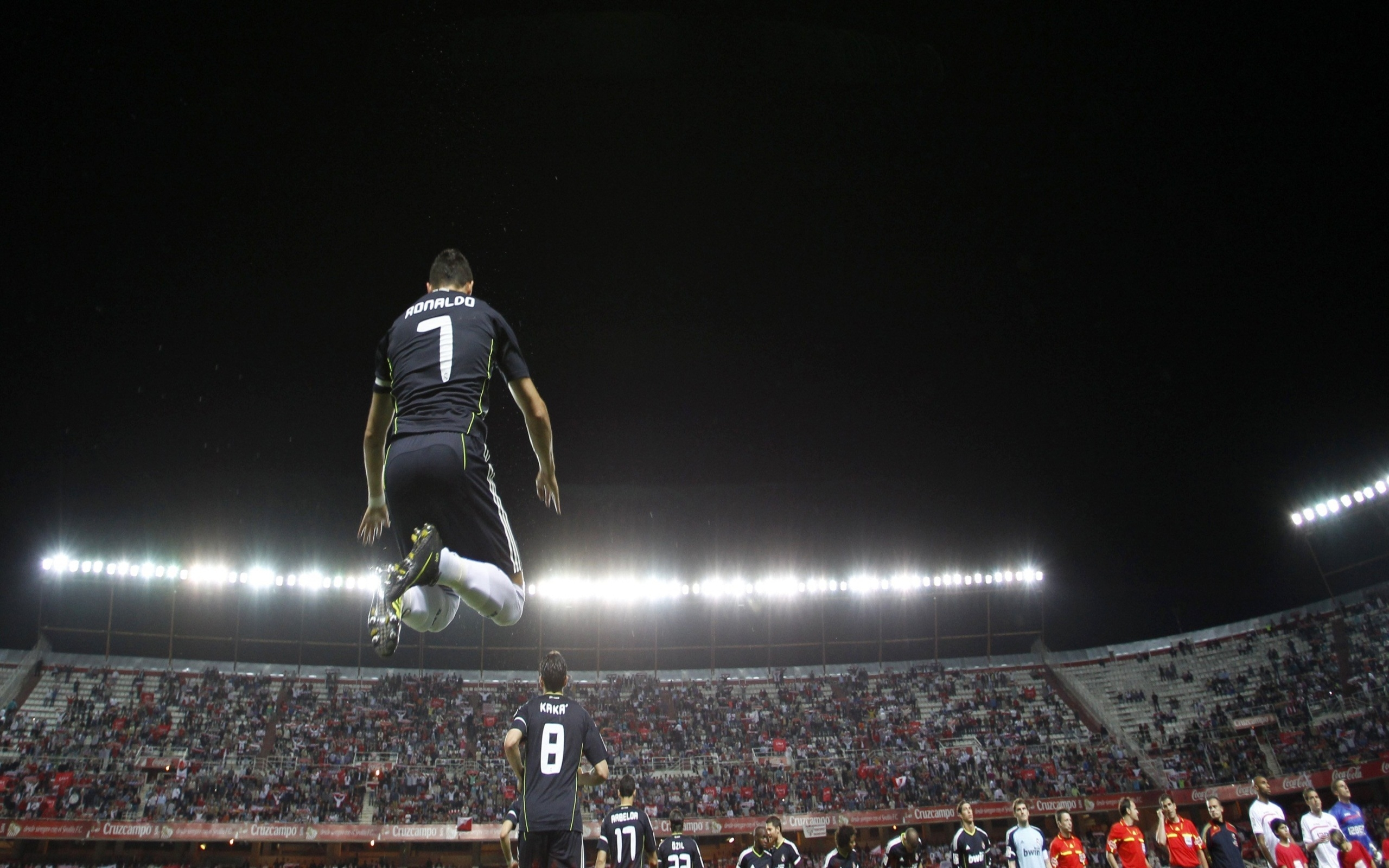 37561 download wallpaper Cristiano Ronaldo, Sports, People, Football, Men screensavers and pictures for free